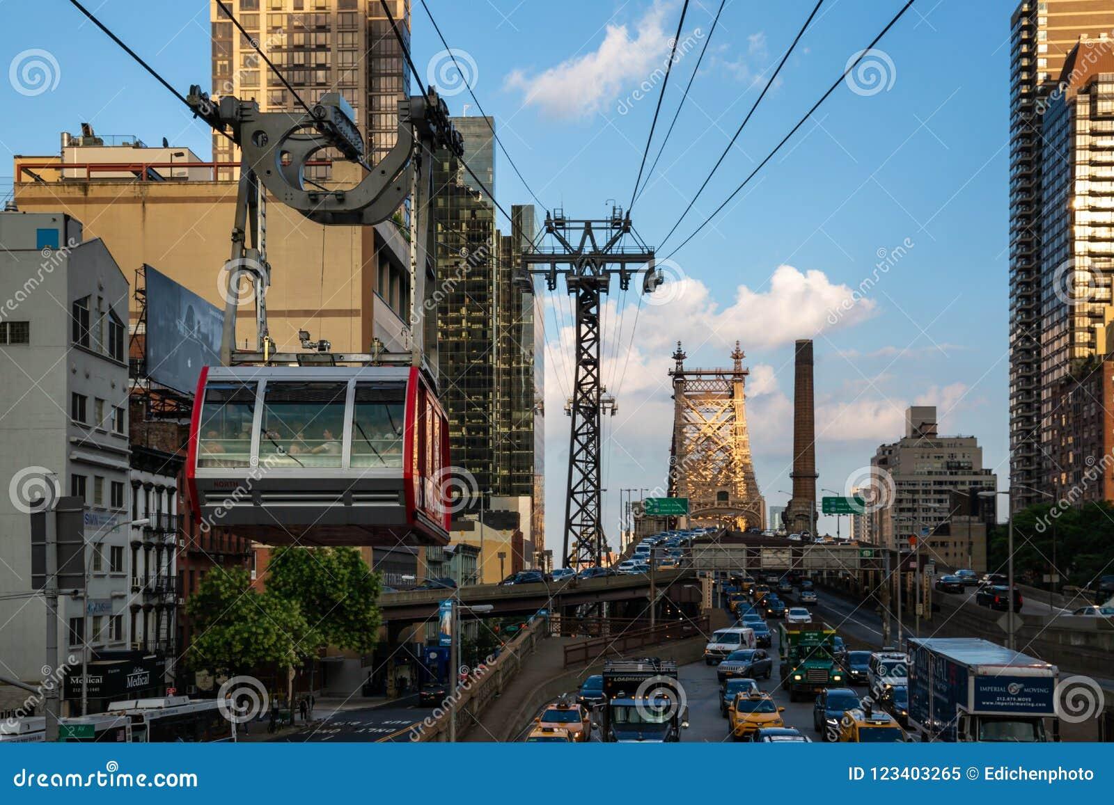 Πόλη της Νέας Υόρκης/ΗΠΑ - 27 Ιουλίου 2018: Τροχιοδρομική γραμμή νησιών Roosevelt στην της περιφέρειας του κέντρου πόλη του Μανχά