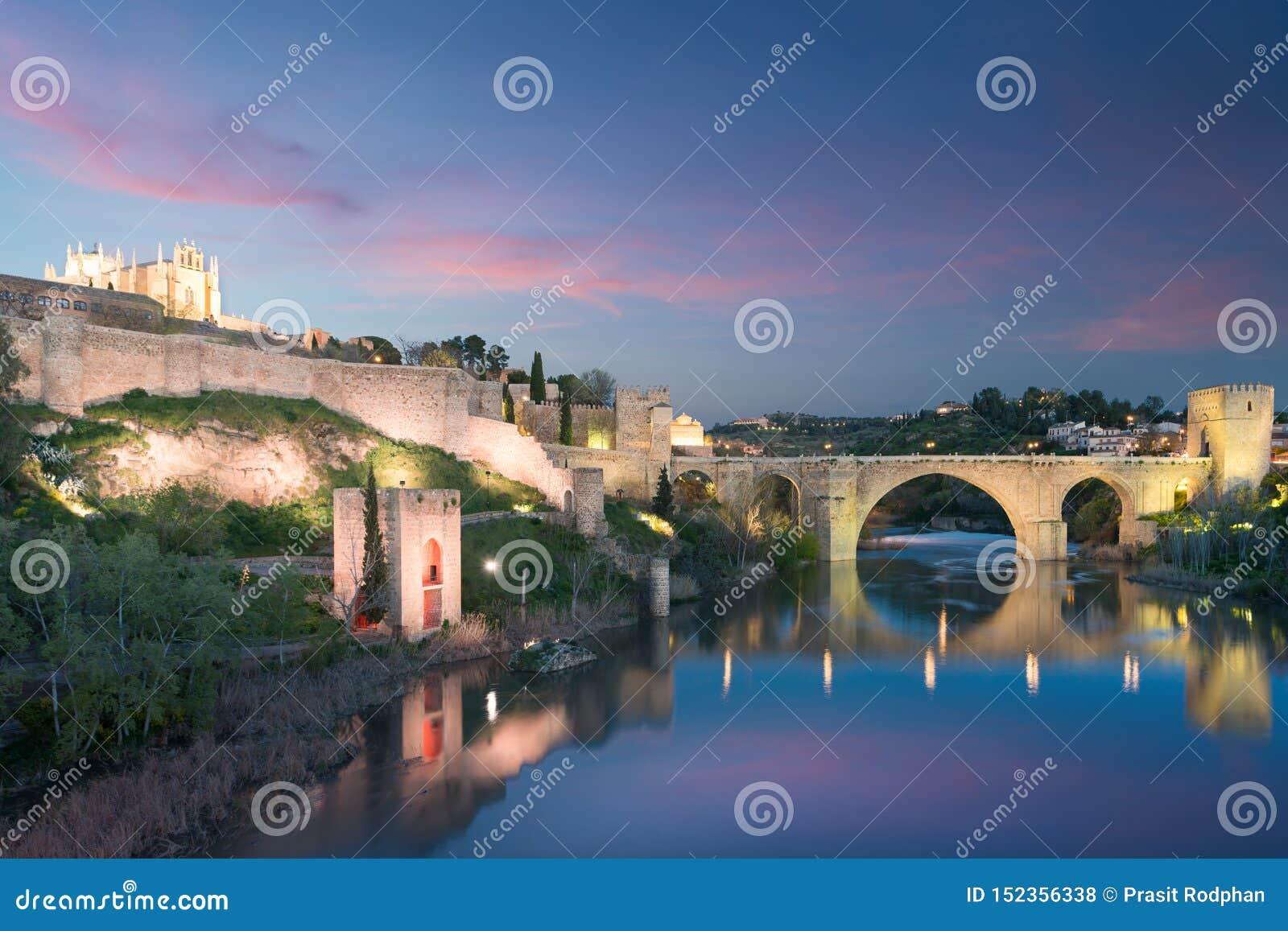 Πόλη του Τολέδο κατά τη διάρκεια της νύχτας λυκόφατος Τοπίο του Τολέδο, παγκόσμια κληρονομιά της ΟΥΝΕΣΚΟ Ιστορικό κτήριο κοντά στ
