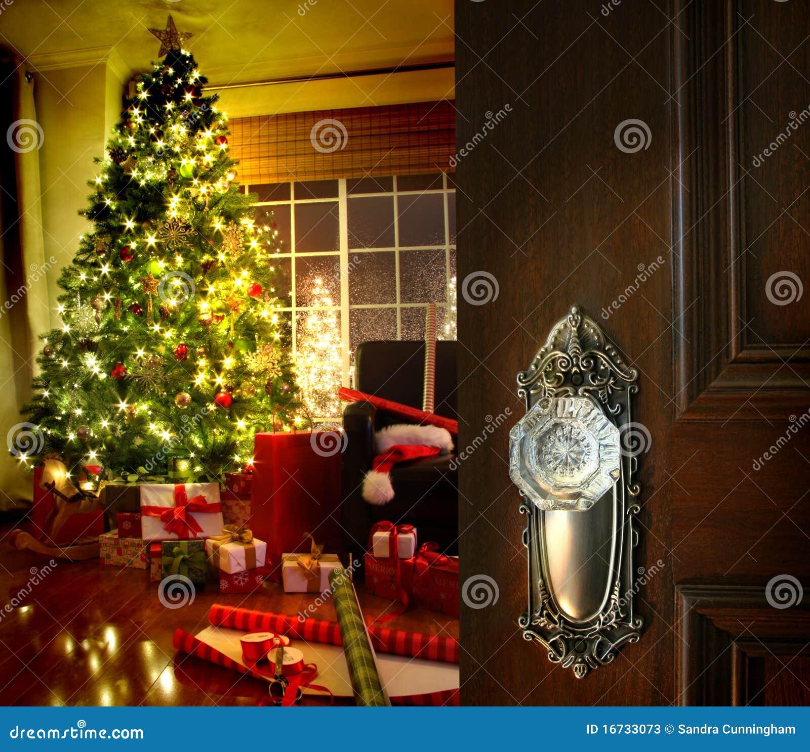 Πόρτα που ανοίγει σε ένα καθιστικό Χριστουγέννων