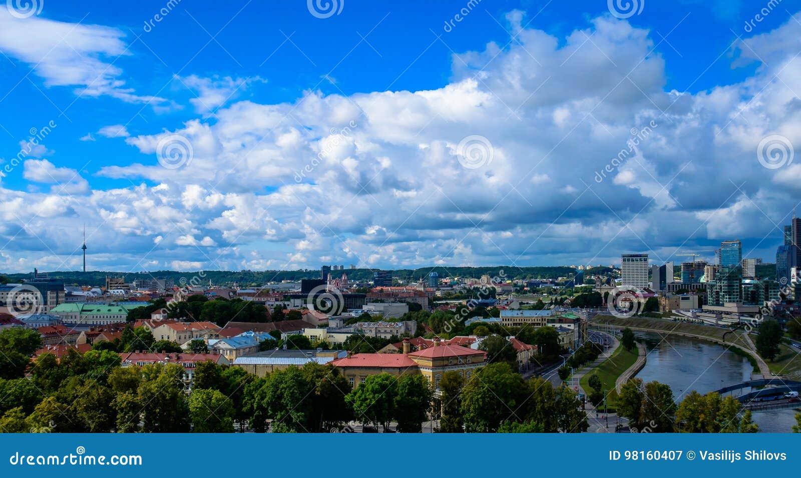 Πόλη Vilnius και τοπ άποψη σύννεφων