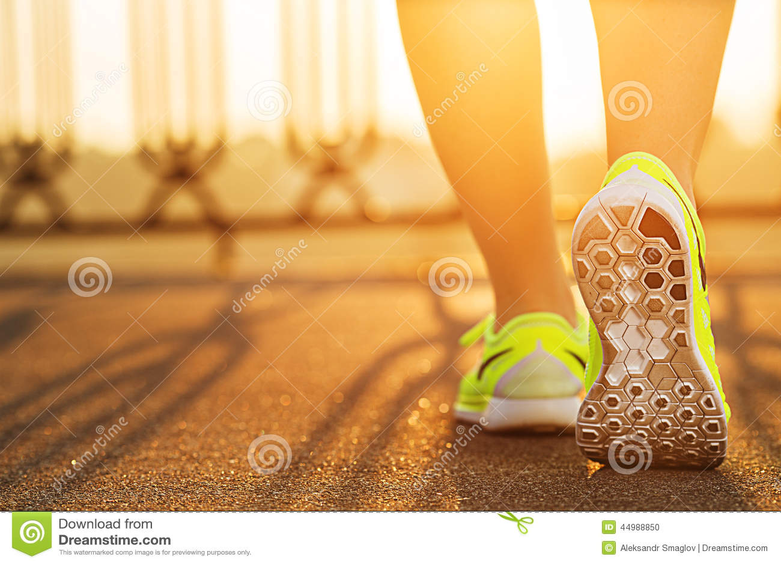 Πόδια γυναικών δρομέων που τρέχουν στην οδική κινηματογράφηση σε πρώτο πλάνο στο παπούτσι Θηλυκό fitnes