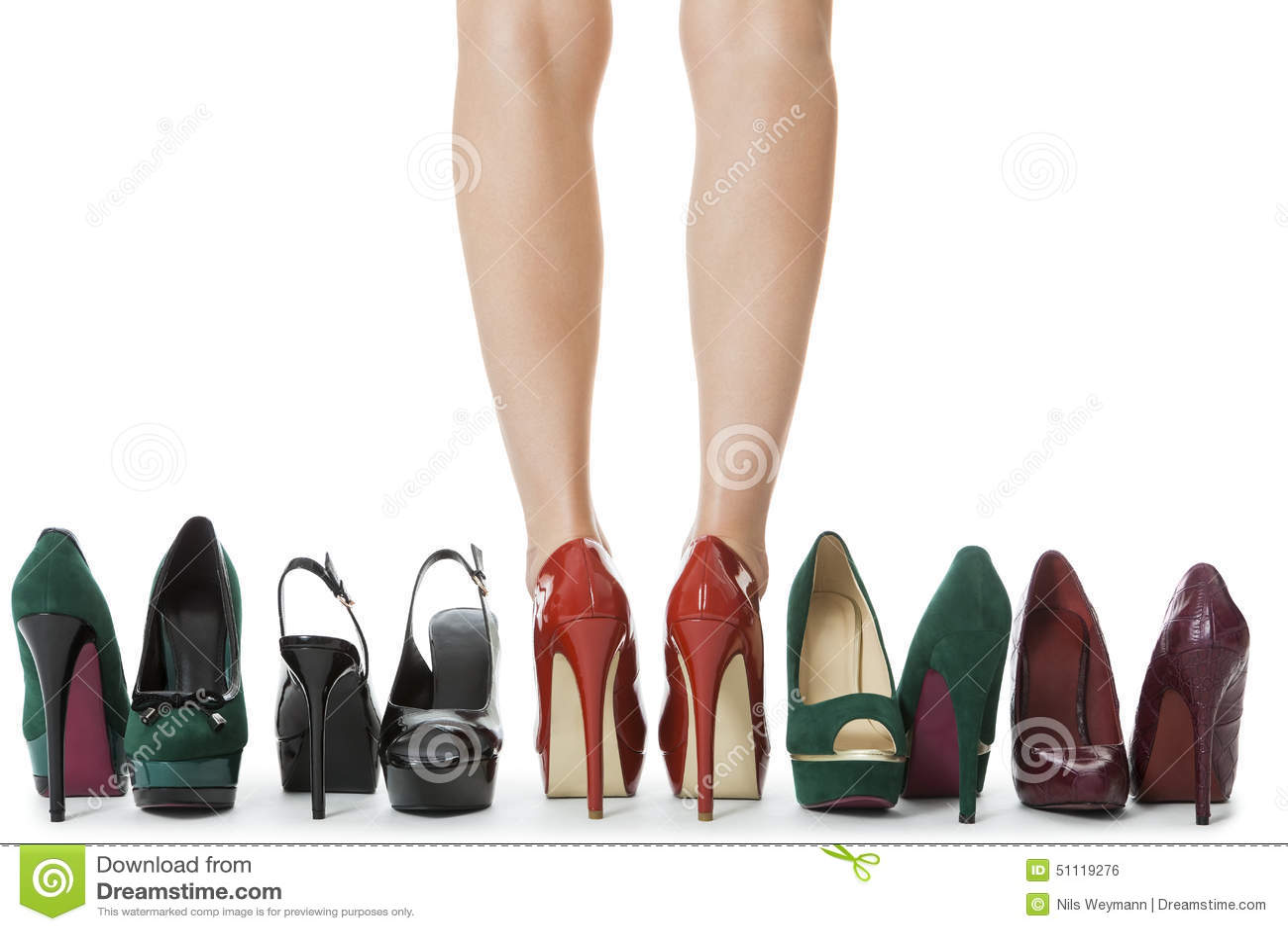 8cf65d6999 Κλείστε επάνω τα άψογα πόδια γυναικών στα στιλπνά κόκκινα υψηλά παπούτσια  τακουνιών που στέκονται μεταξύ άλλων κομψών υψηλών τακουνιών η ανασκόπηση  ...
