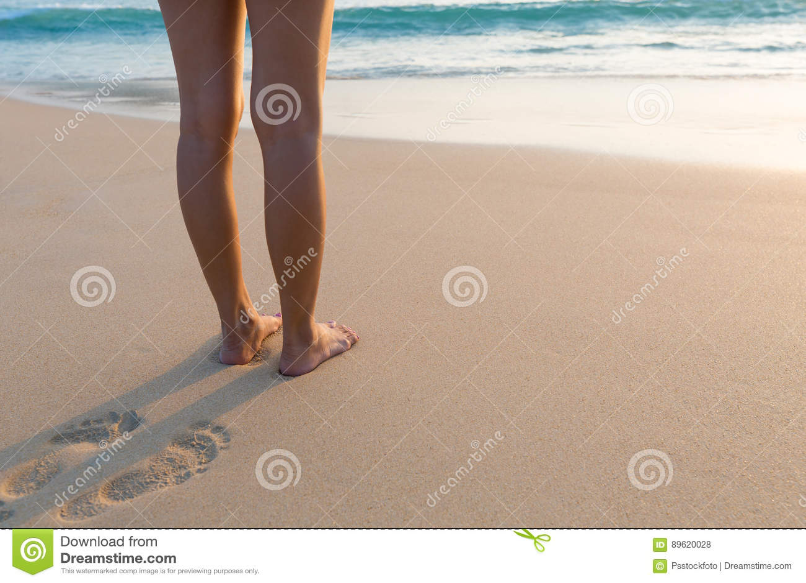 1612b260fd Πόδι της γυναίκας που στέκεται στην παραλία άμμου Στοκ Εικόνες ...