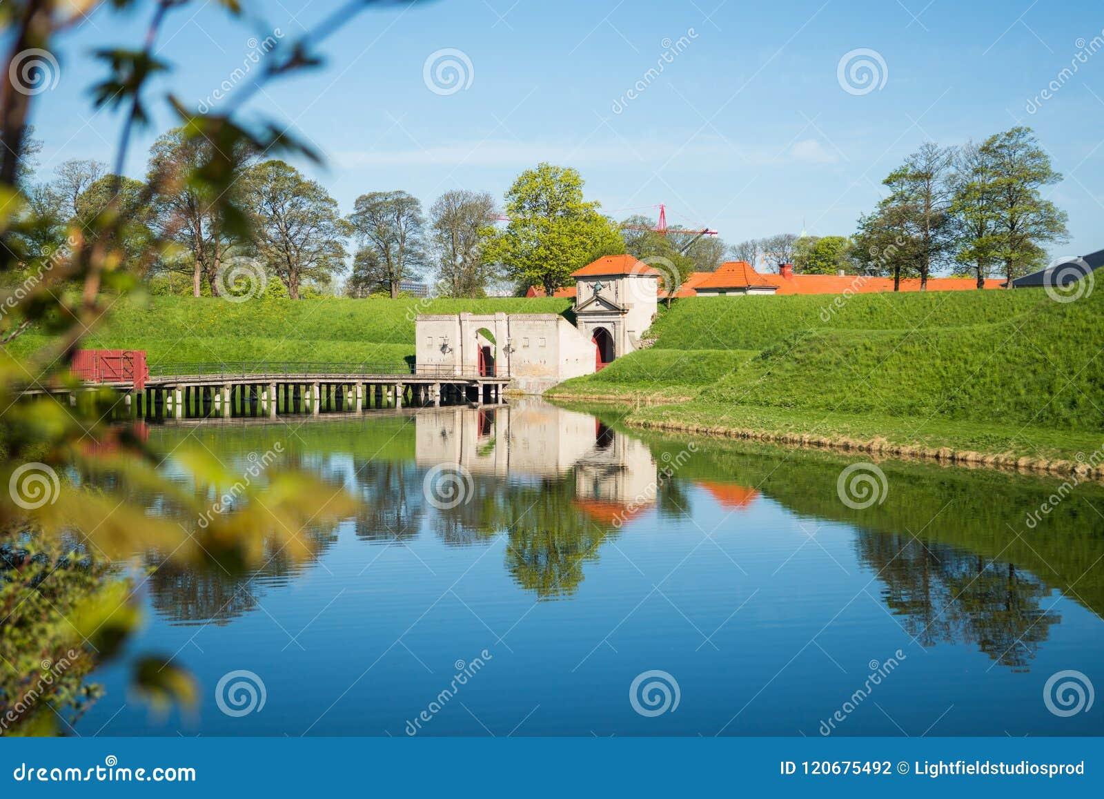 πύλες σε διάσημη Kastellet ή την ακρόπολη που απεικονίζεται στο ήρεμο νερό,