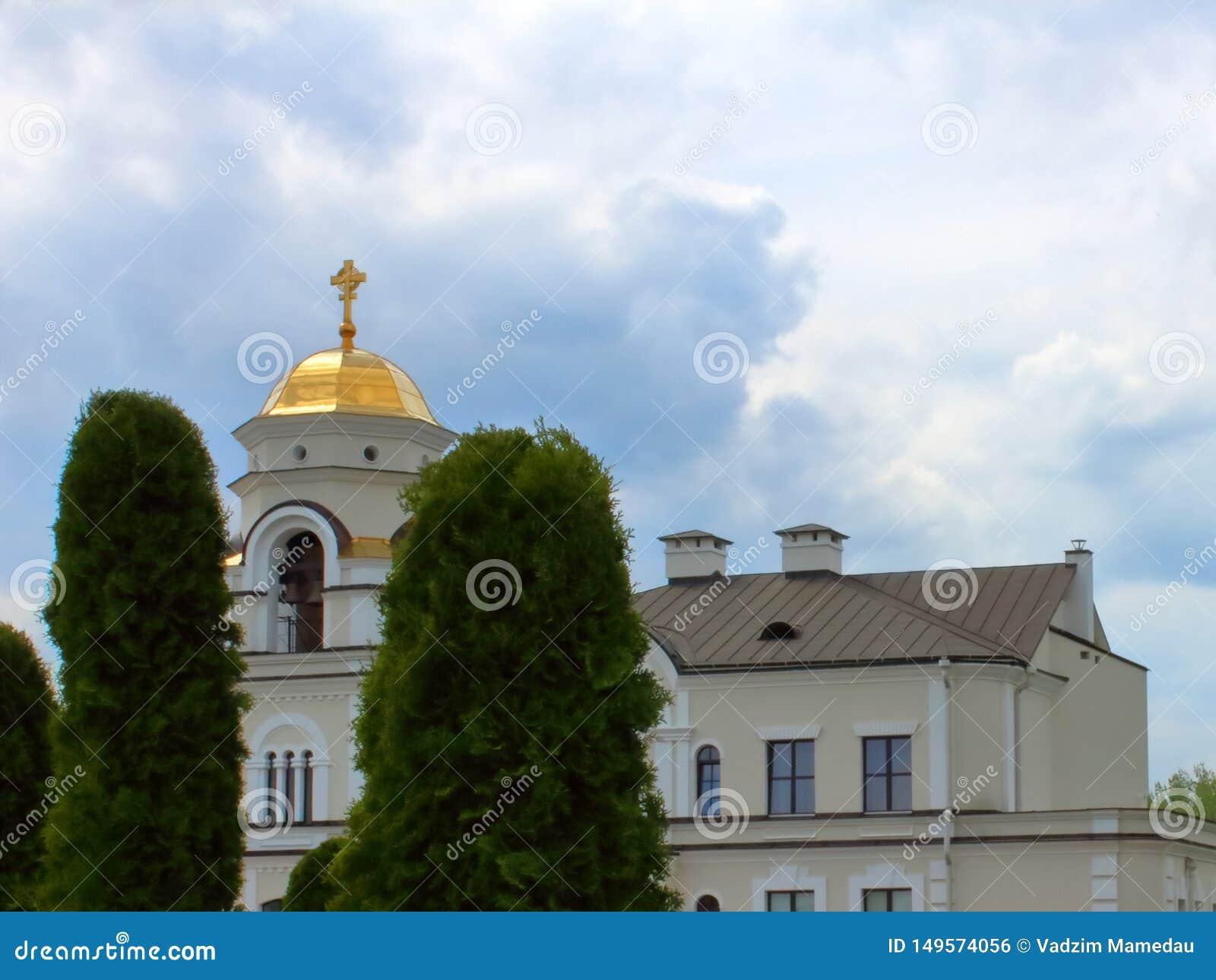 Πύργος κουδουνιών θόλων εκκλησιών στο μπλε ουρανό