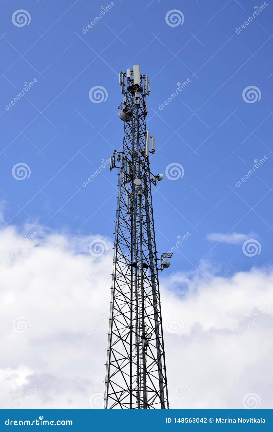 Πύργος κυττάρων ενάντια στο μπλε ουρανό με τα σύννεφα Ασύρματη επικοινωνία