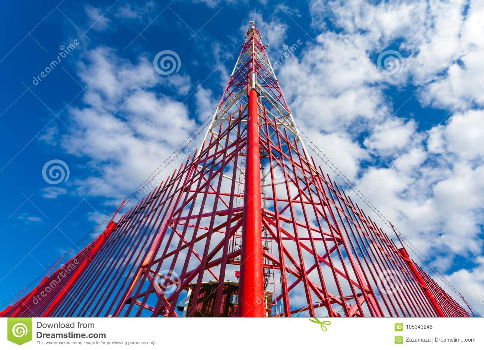 Πύργος τηλεπικοινωνιών με τις κεραίες επιτροπής και τα ραδιο δορυφορικών πιάτα κεραιών και για την κινητή επικοινωνία 2G, 3G, 4G,