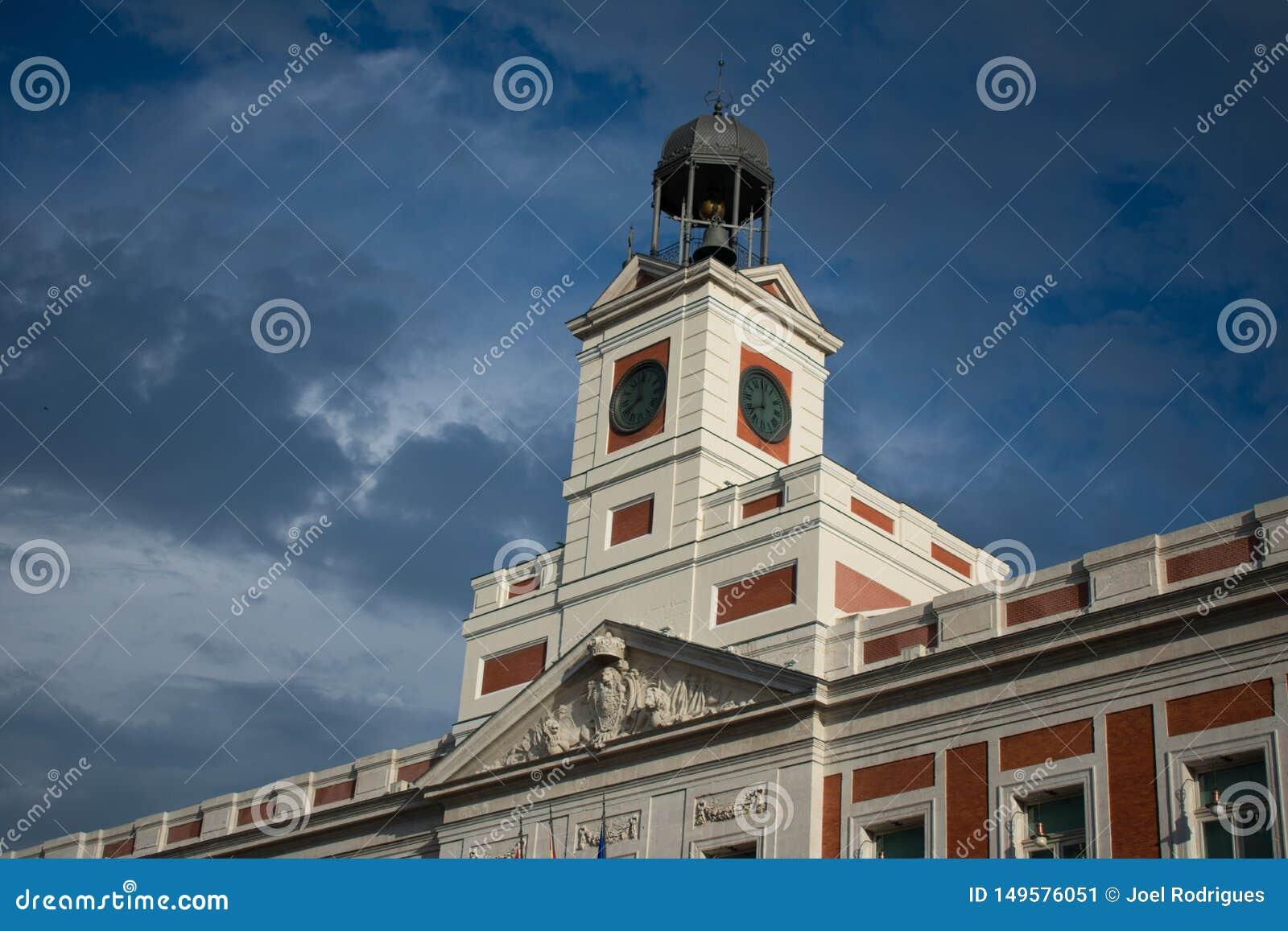 Πύργος του δημοτικού σκούρο μπλε ουρανού κτηρίου της Μαδρίτης πάλι