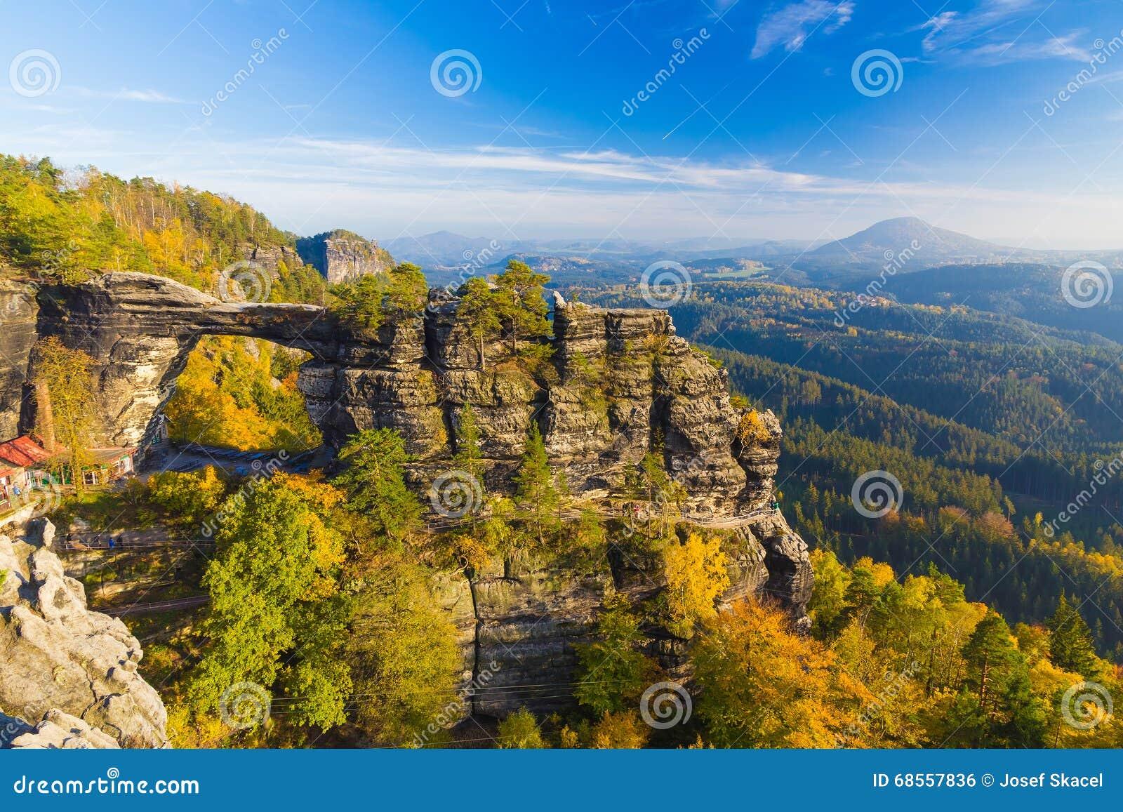 Πύλη Pravcicka στα χρώματα φθινοπώρου, Βοημίας σαξονική Ελβετία, Δημοκρατία της Τσεχίας