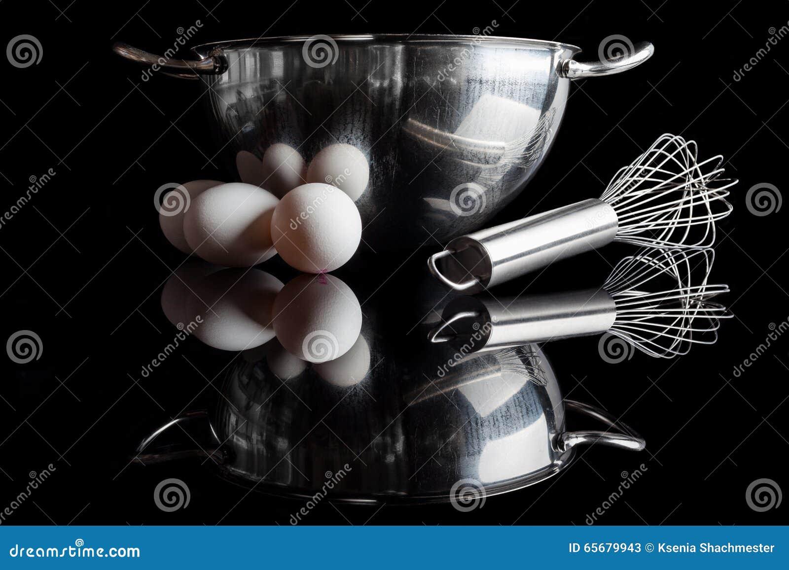 Πλάγια όψη αυγών μουστακιών κύπελλων χάλυβα με την αντανάκλαση στο Μαύρο