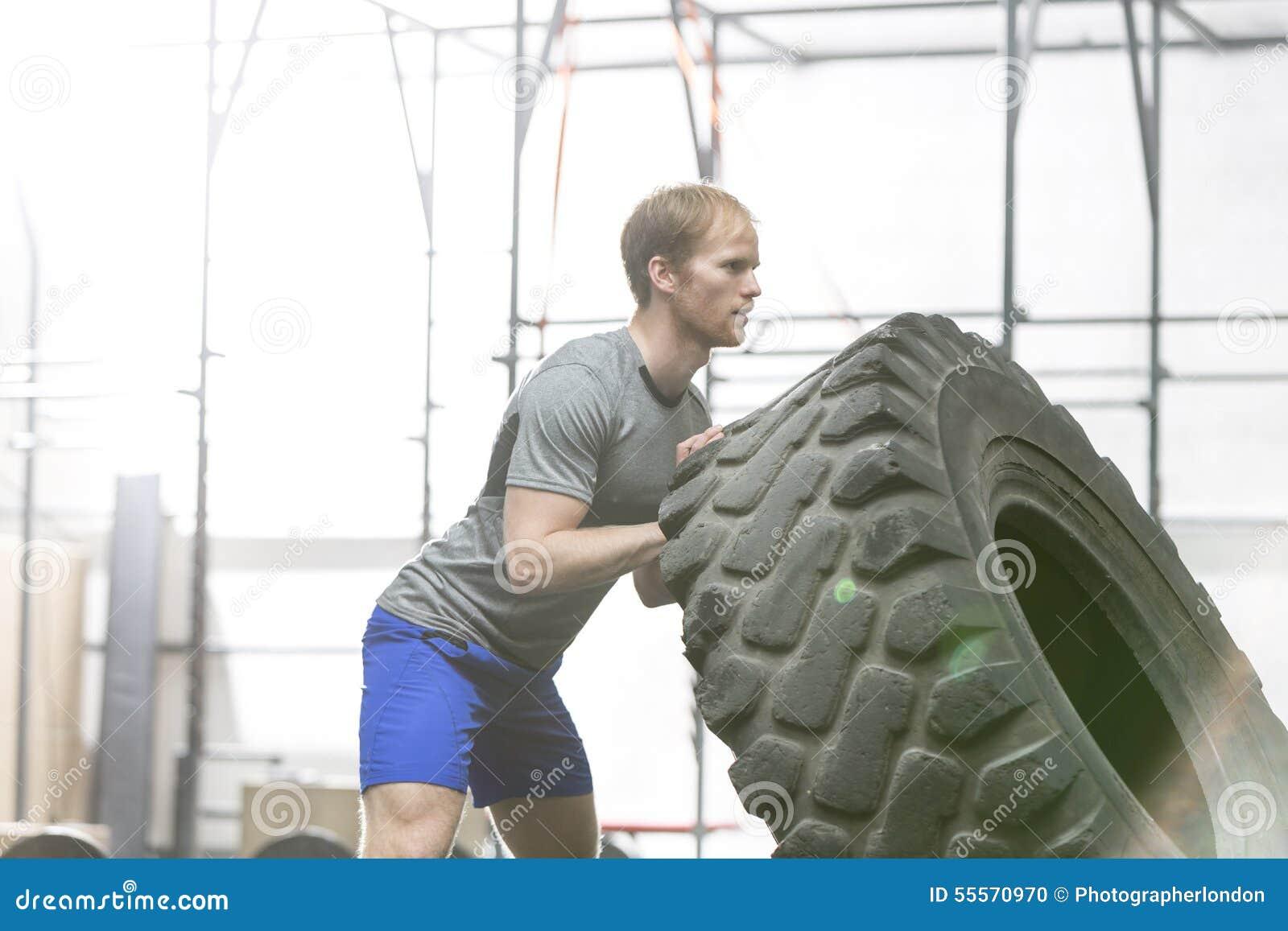 Πλάγια όψη της αφιερωμένης ρόδας κτυπήματος ατόμων στη γυμναστική crossfit