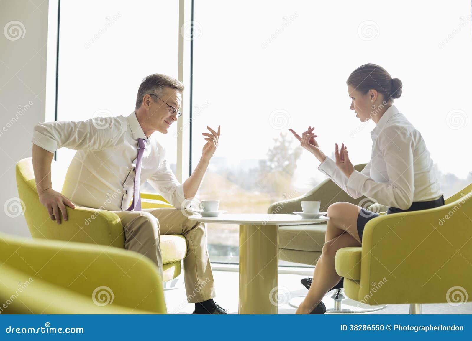 Πλάγια όψη των επιχειρηματιών που συζητούν στο λόμπι