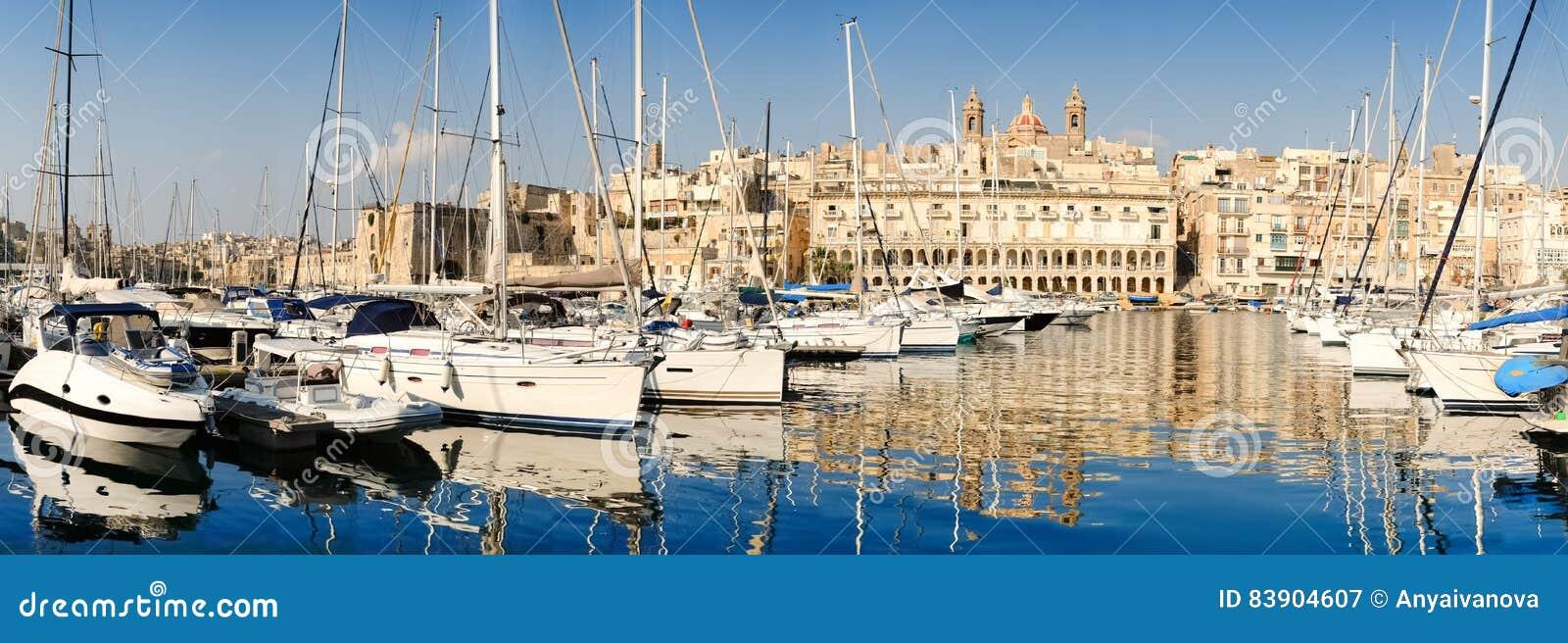 Πλέοντας βάρκες στη μαρίνα Senglea στο μεγάλο κόλπο, Valletta, Μάλτα