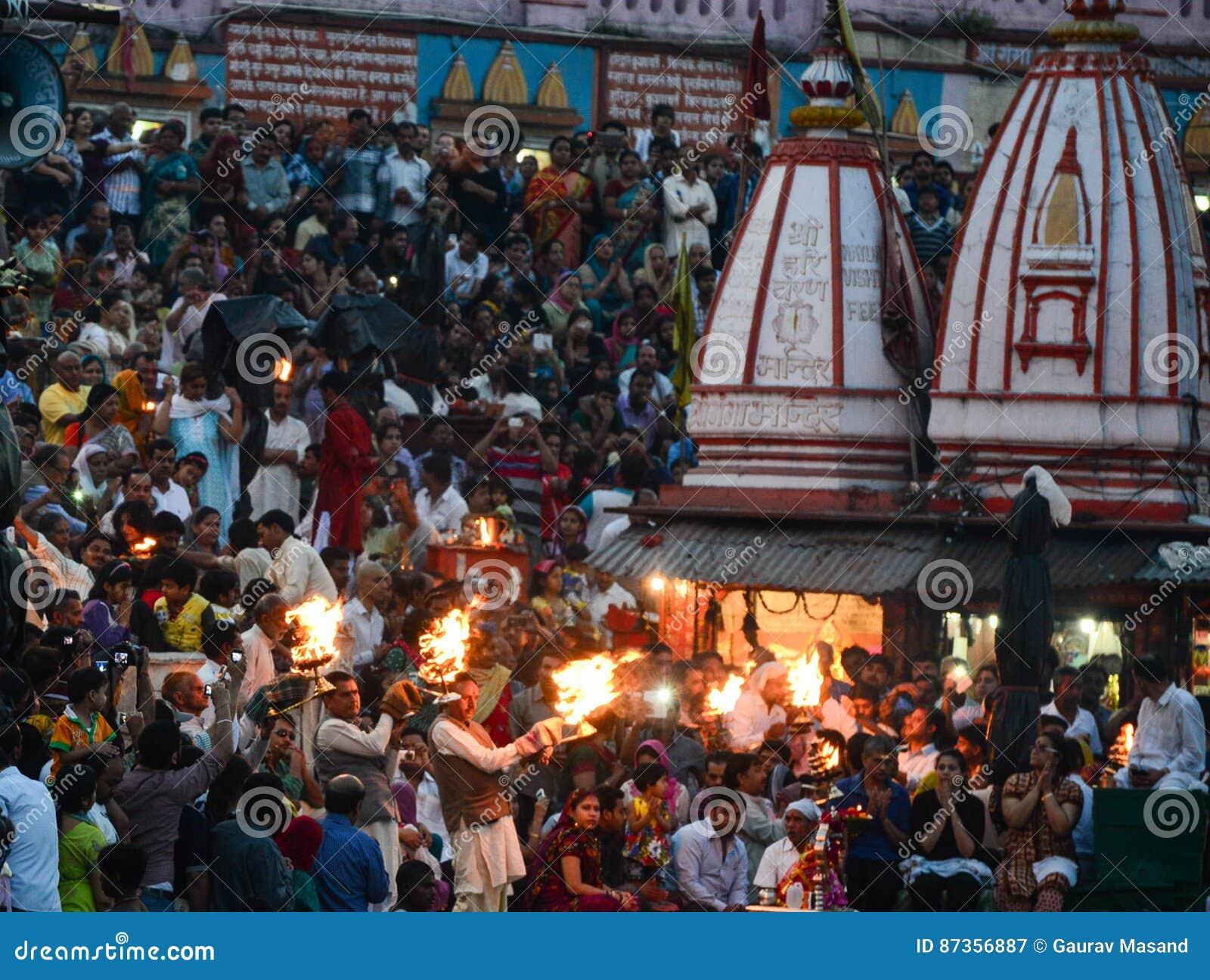 Πλήθος που βεβαιώνει το aarti Ganga
