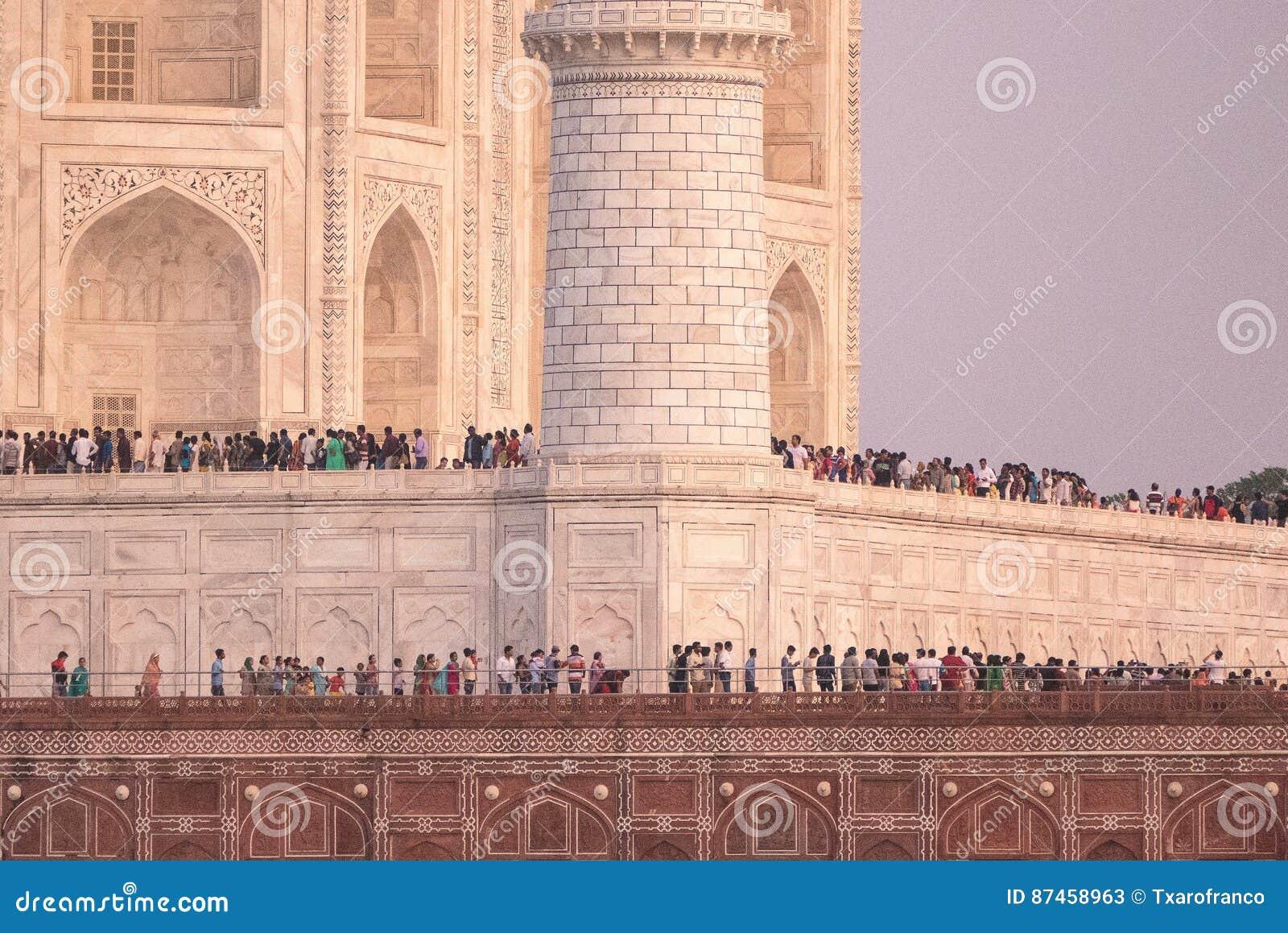 Πλήθος σε Taj Mahal