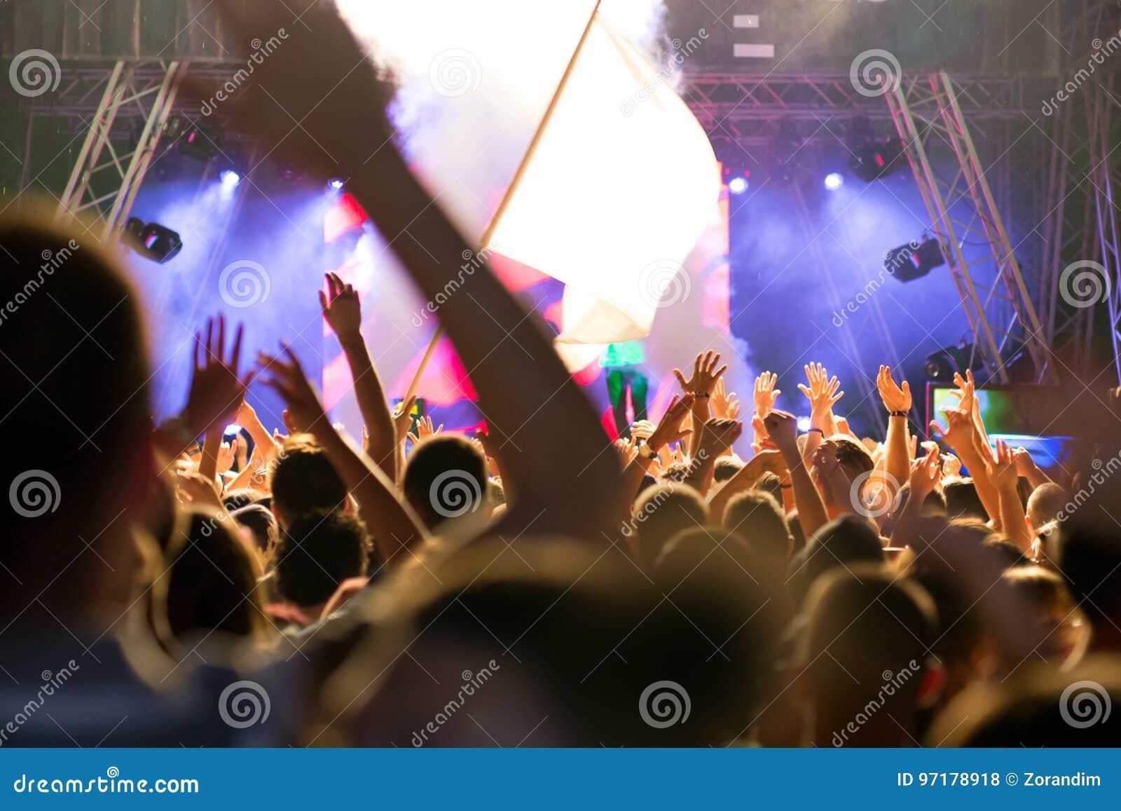 Πλήθος στη συναυλία και τα θολωμένα φω τα σκηνών