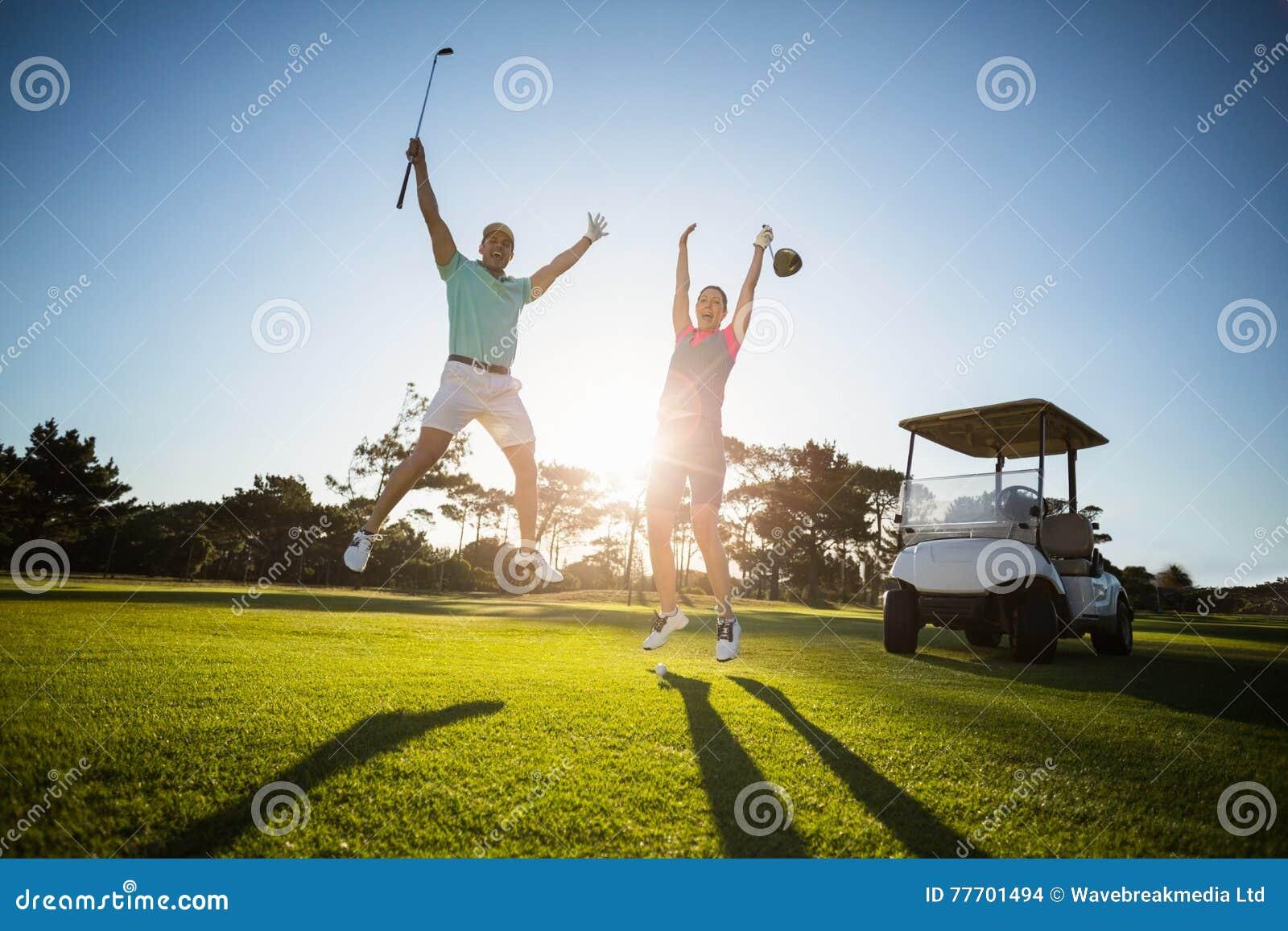 Πλήρες μήκος του ζεύγους φορέων γκολφ με τα όπλα που αυξάνεται
