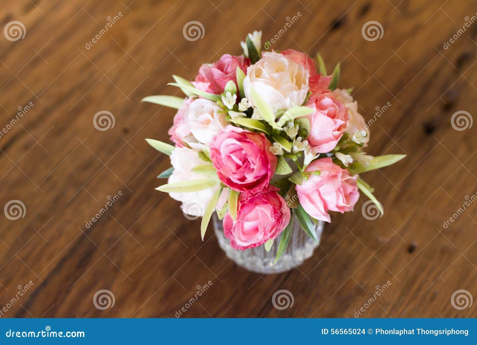 Download Πλαστικό λουλούδι στοκ εικόνες. εικόνα από σπίτι, φυτό - 56565024