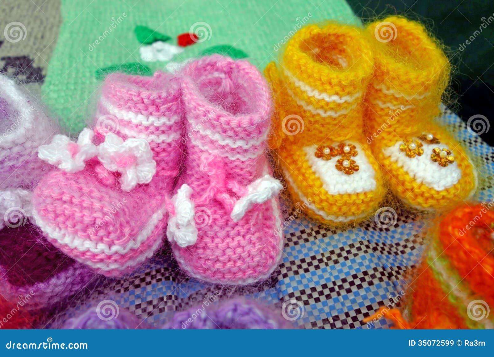 7663ae151260 Δύο ζευγάρια των μάλλινων πλεκτών παπουτσιών μωρών. Φωτογραφία που έχει  ληφθεί  October 12th