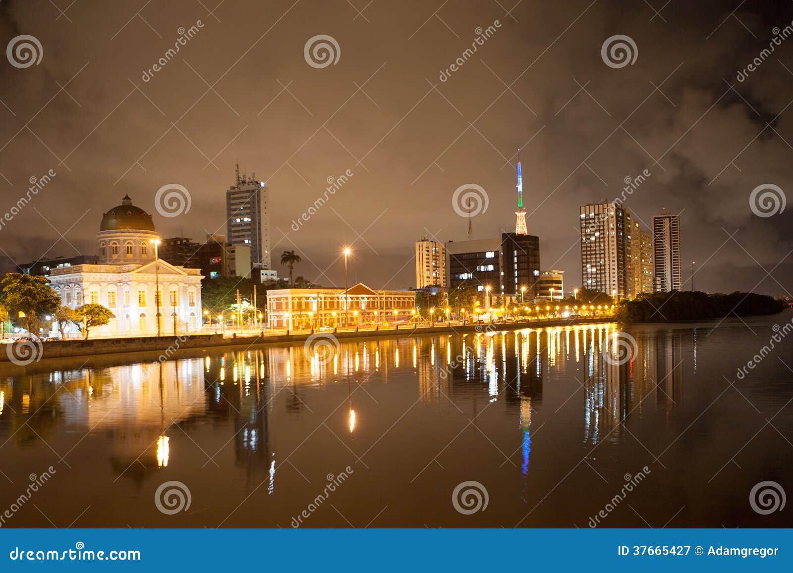 Πλευρά ποταμών Recife τή νύχτα