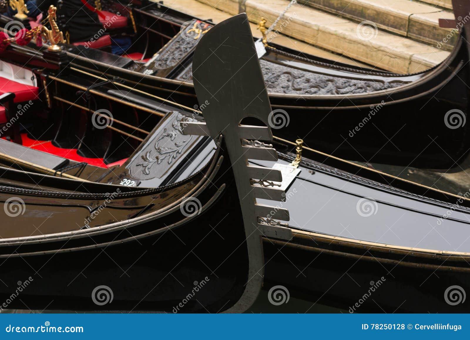Πλώρη της γόνδολας που δένεται Venezia στο κανάλι - Βενετία,