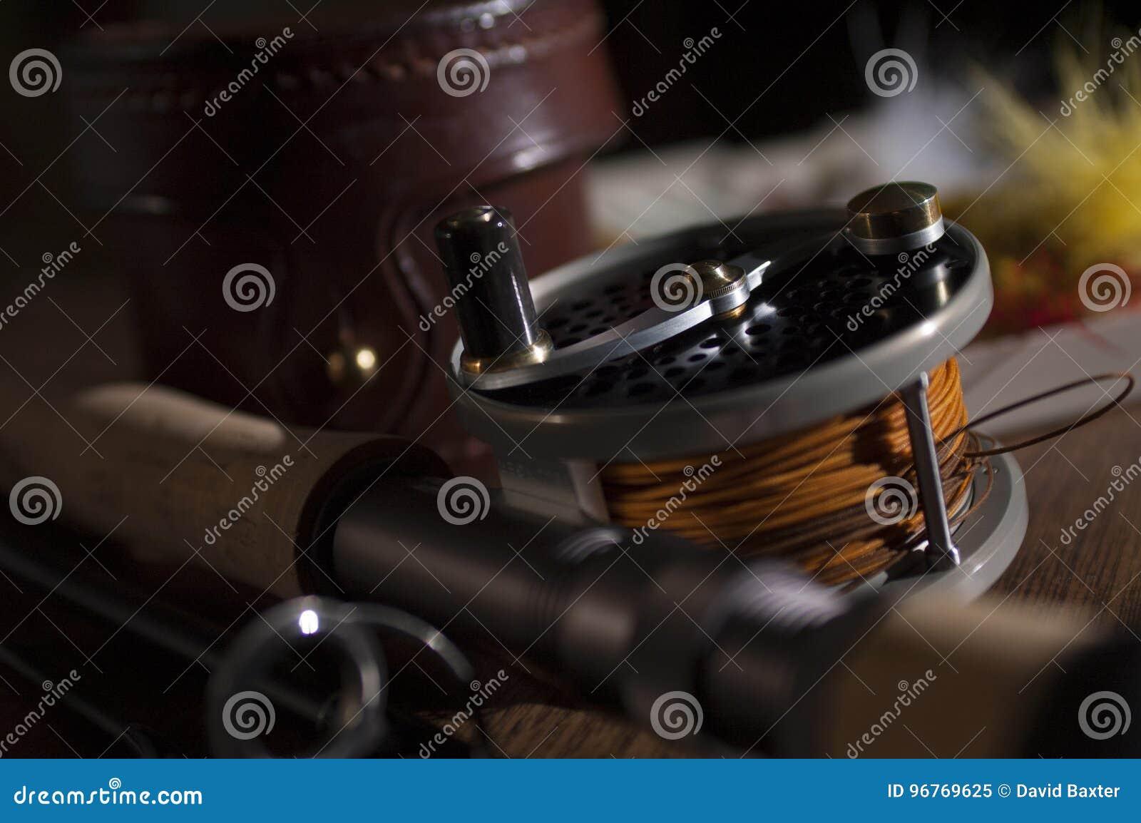 Ράβδος και εξέλικτρο αλιείας μυγών με τις μύγες περίπτωσης και φτερών δέρματος