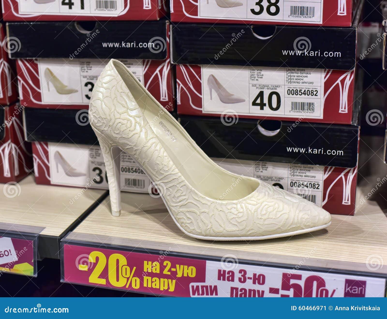 32ba823900 Ράφια μαγαζιό παπουτσιών γυναικών με τα παπούτσια Εκδοτική Εικόνες ...