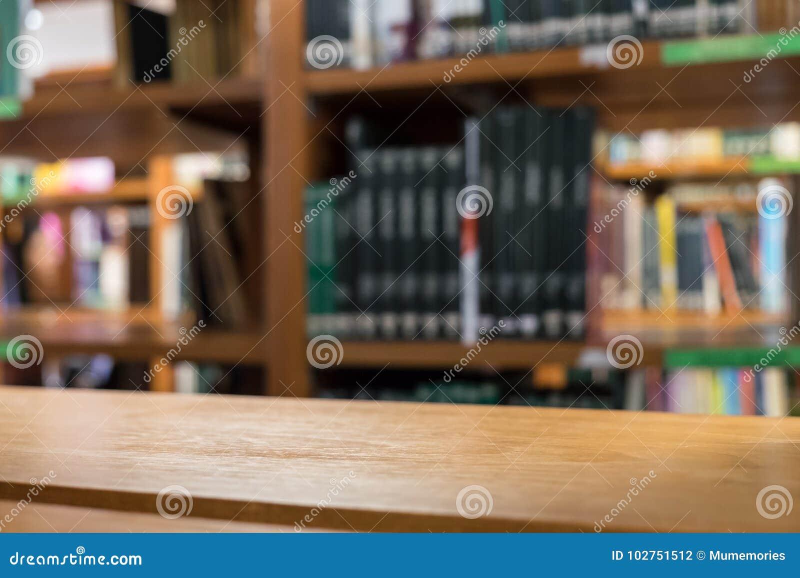 Ράφια ξύλινα πολλά είδος βιβλίων που συσσωρεύεται στο ξύλινο ράφι