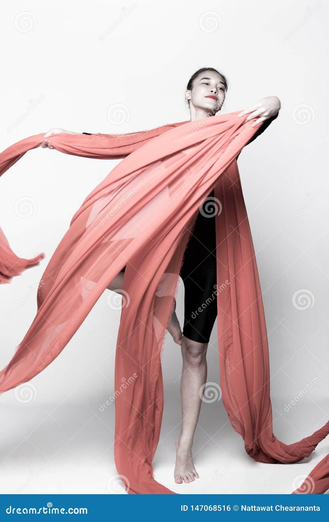 Ρίψη του διαφανούς υφάσματος ροής στη γυναίκα αέρα