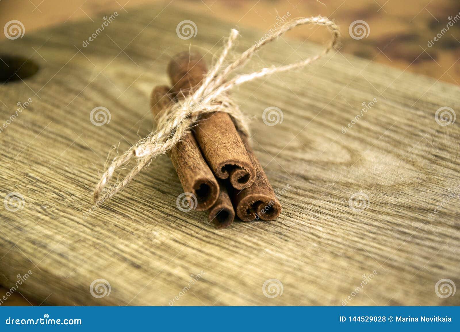 Ραβδιά κανέλας στον παλαιό ξύλινο πίνακα