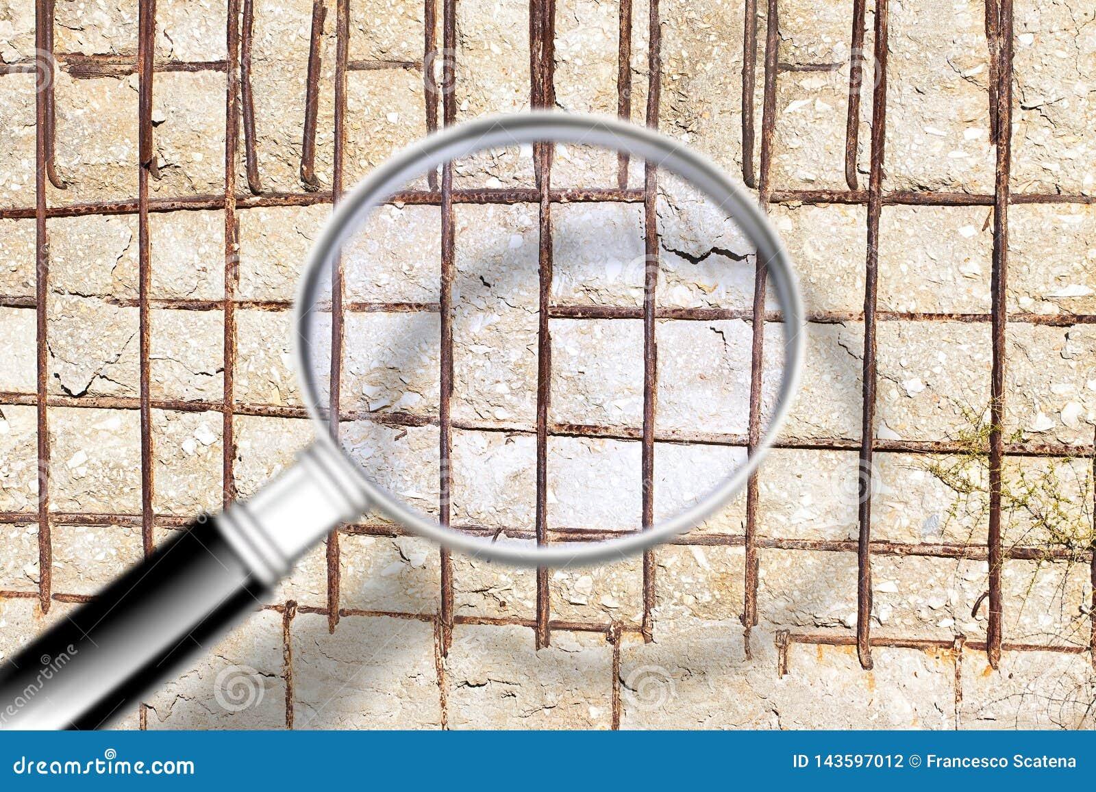 Ραγισμένος ενισχυμένος συμπαγής τοίχος - εικόνα έννοιας που βλέπει μέσω μιας ενίσχυσης - γυαλί