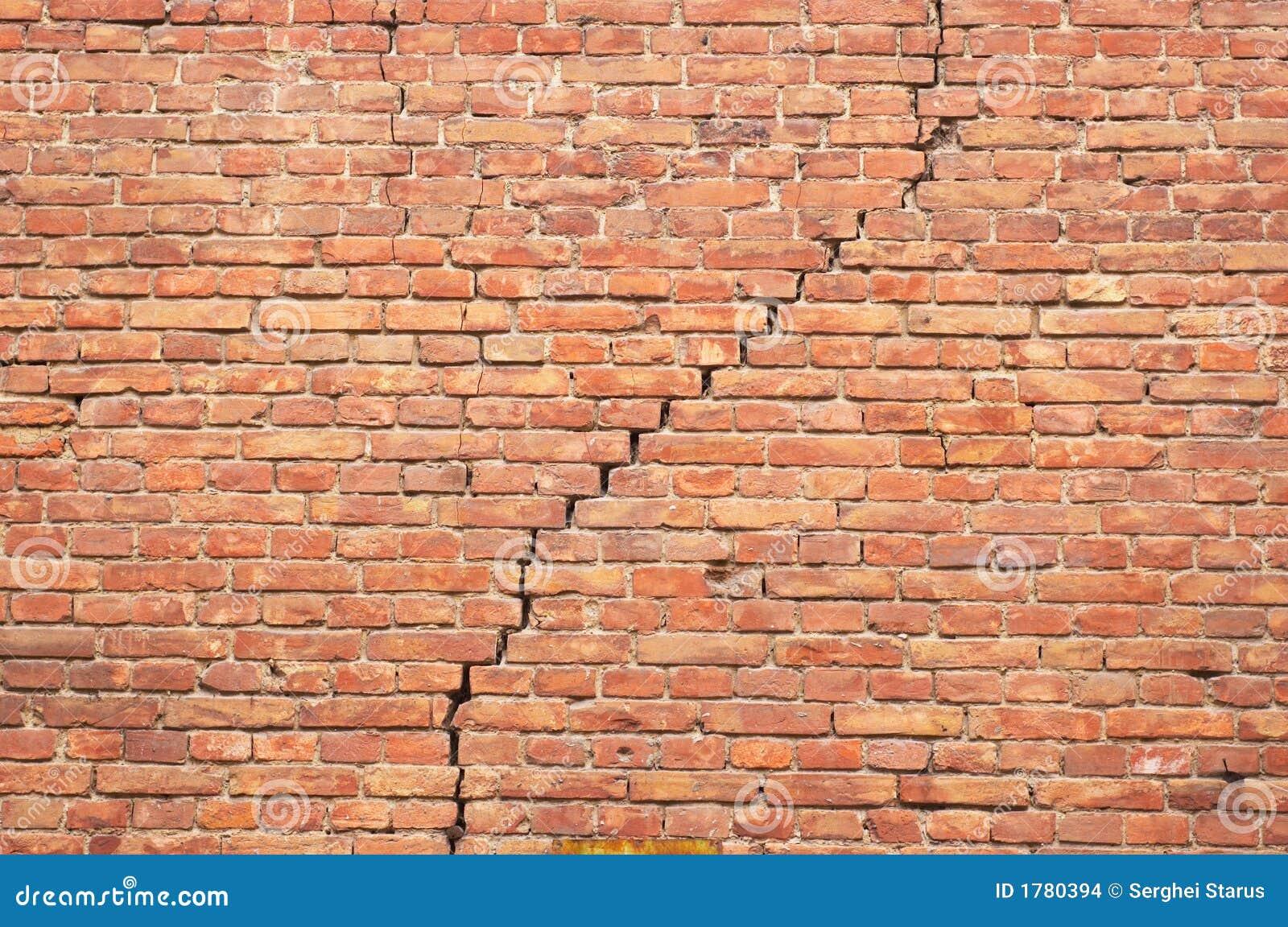 ραγισμένος τούβλινος τοίχος