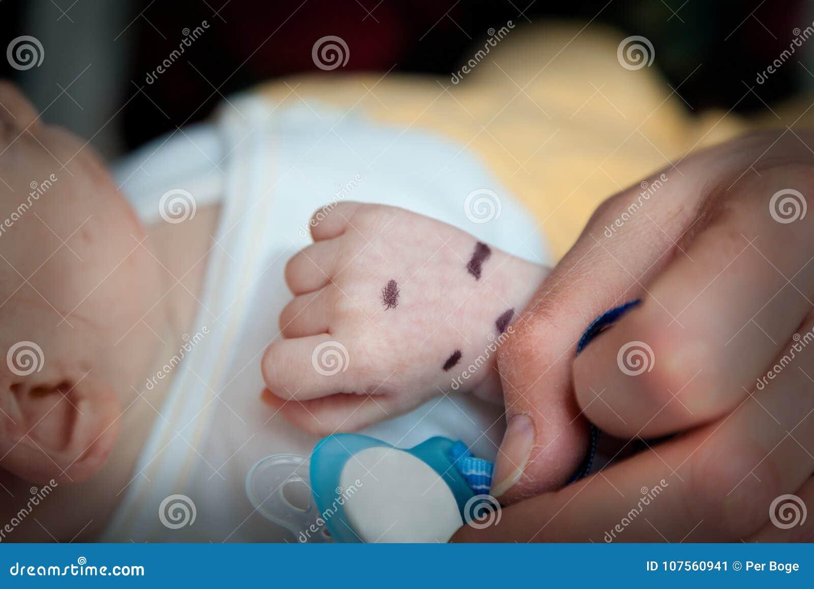 Ρηχό βάθος του τομέα του χεριού ενός άρρωστου ασθενή νηπίων