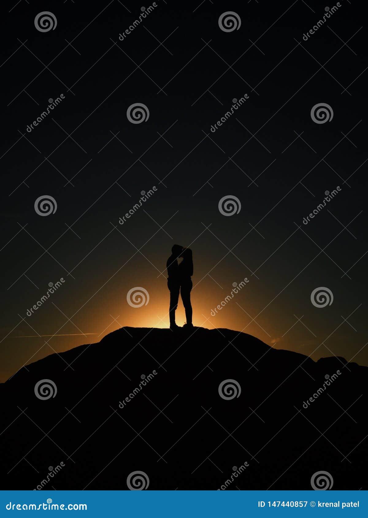 Ρομαντική αγάπη ζευγών ηλιοβασιλέματος