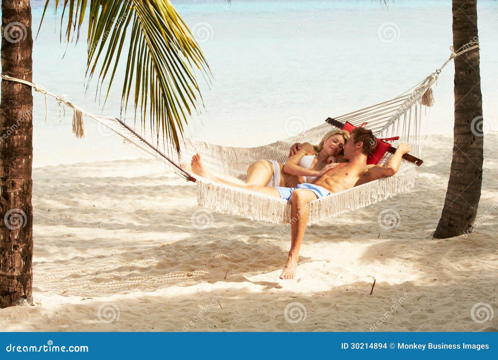 Ρομαντική χαλάρωση ζεύγους στην αιώρα παραλιών