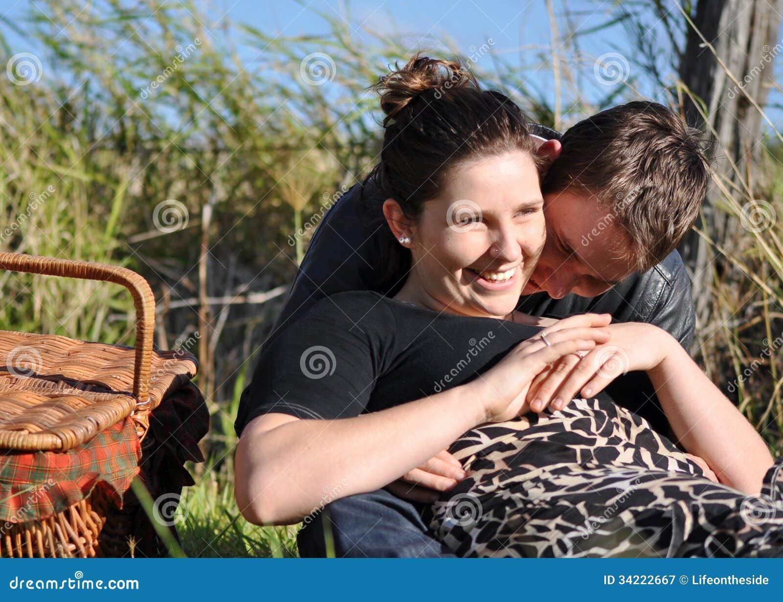 Ρομαντικοί γυναίκα & άνδρας που απολαμβάνουν το πικ-νίκ coun υπαίθρια