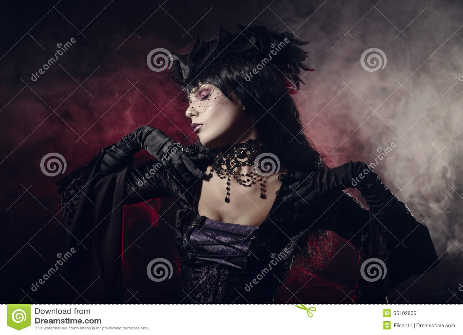 Ρομαντικό γοτθικό κορίτσι στα βικτοριανά ενδύματα ύφους
