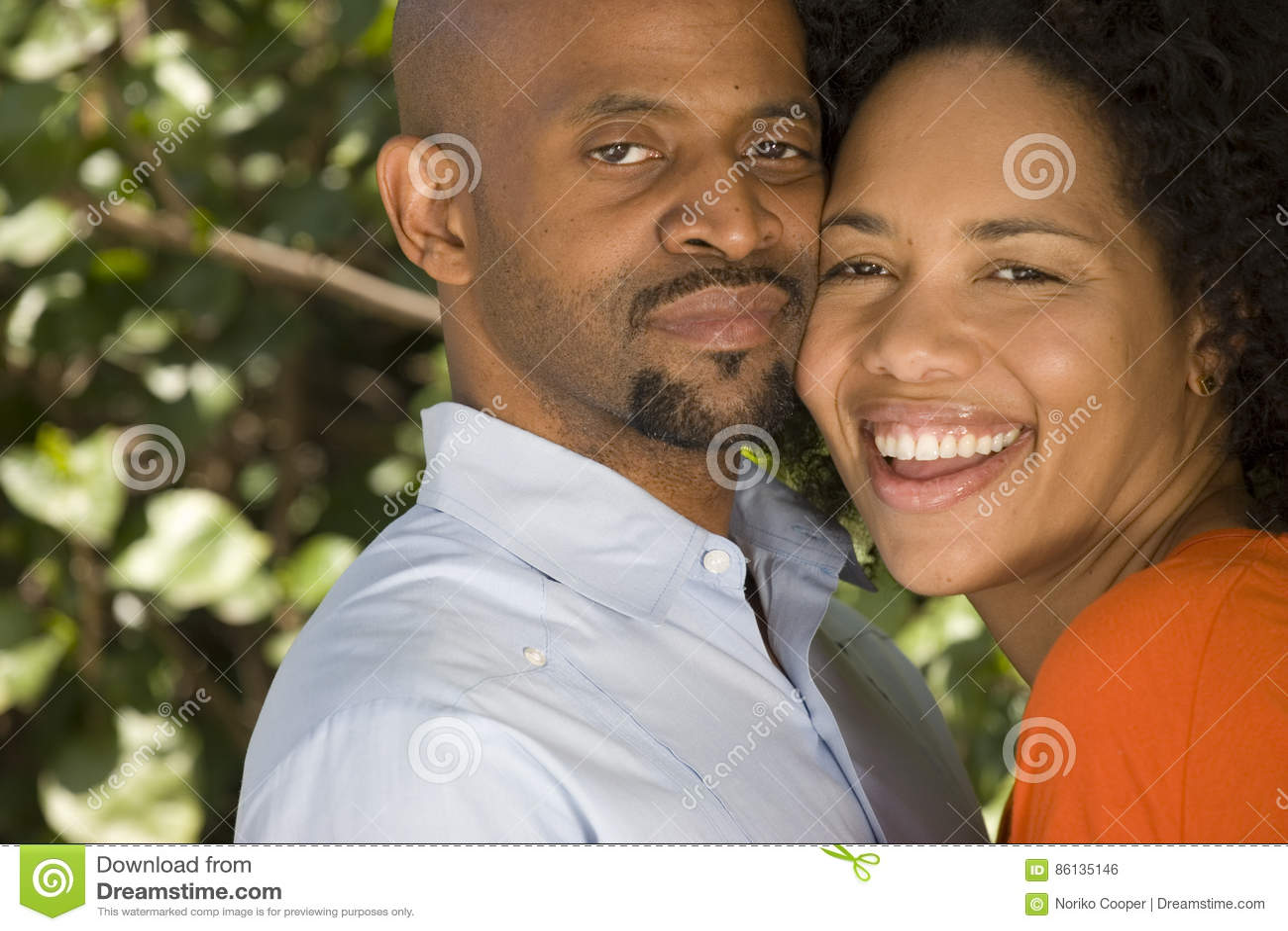 Ρομαντικό ζεύγος αφροαμερικάνων που αγκαλιάζει έξω