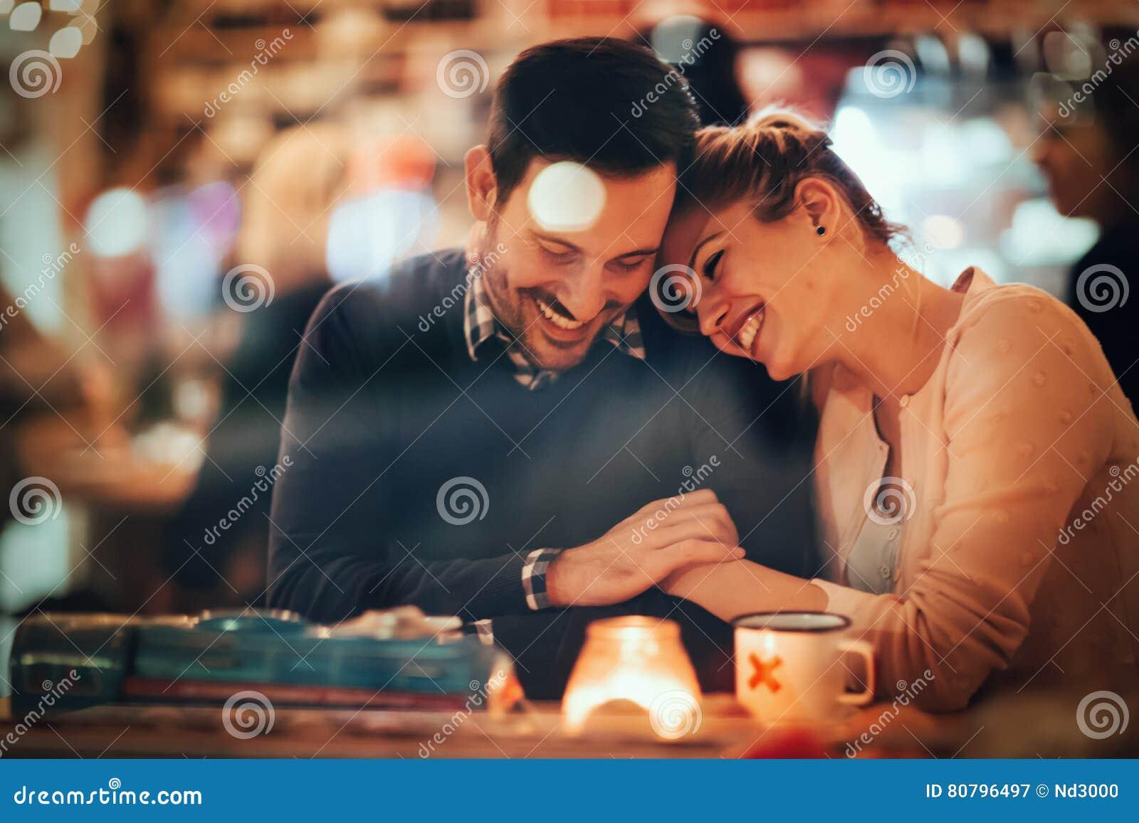 Ρομαντικό ζεύγος που χρονολογεί στο μπαρ