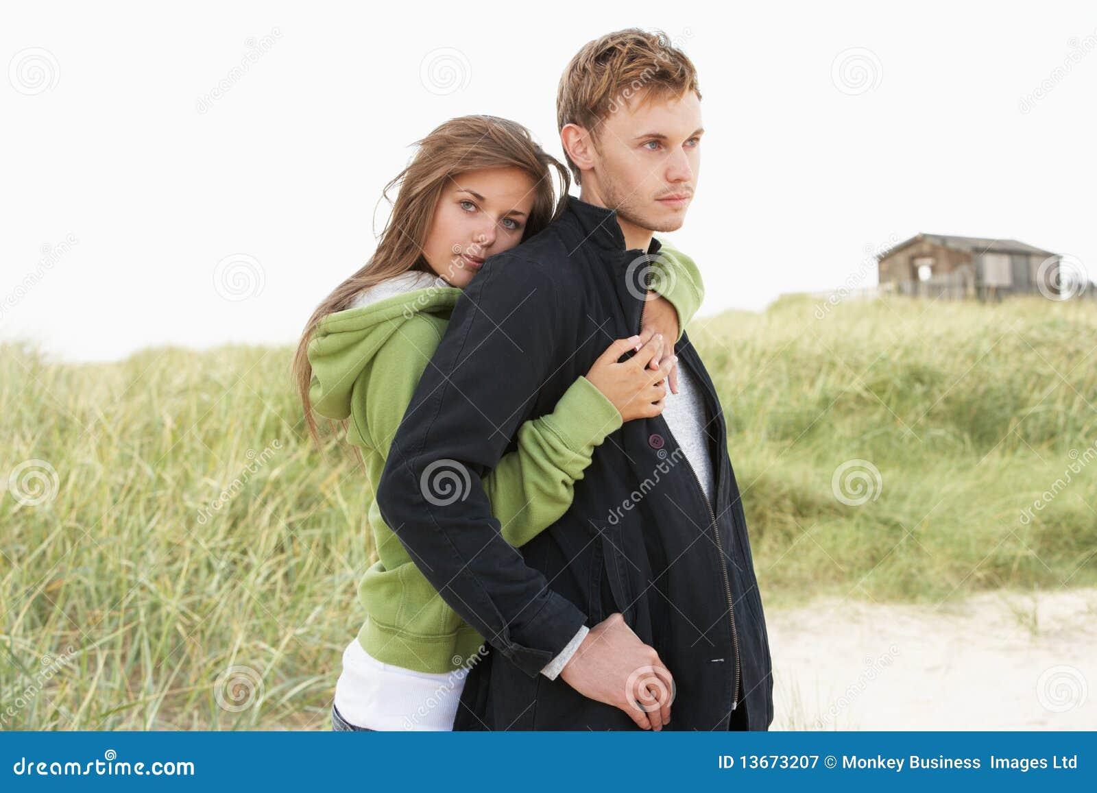 Ρομαντικό νέο ζεύγος που υπερασπίζεται τους αμμόλοφους