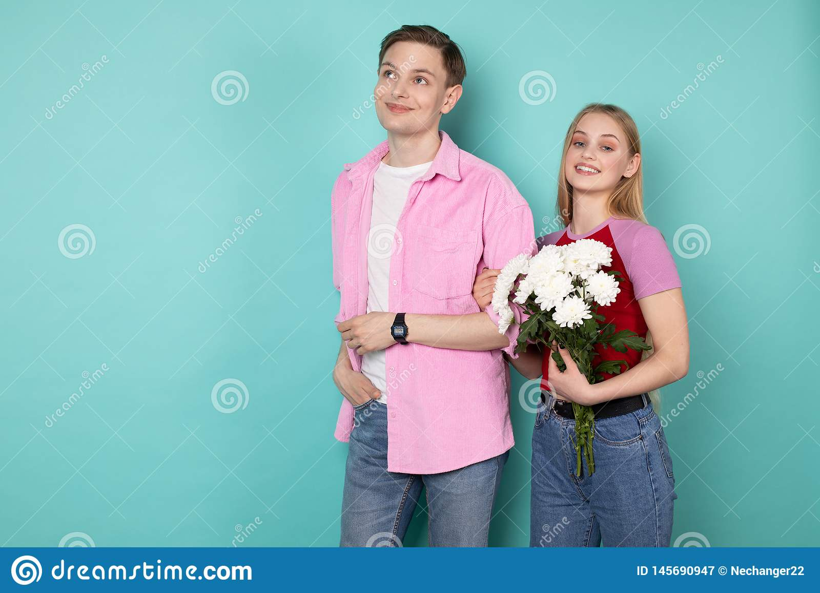 Ρομαντικό νέο ζεύγος, όμορφο άτομο στο ρόδινο πουκάμισο με το όμορφο εύθυμο ξανθό κορίτσι