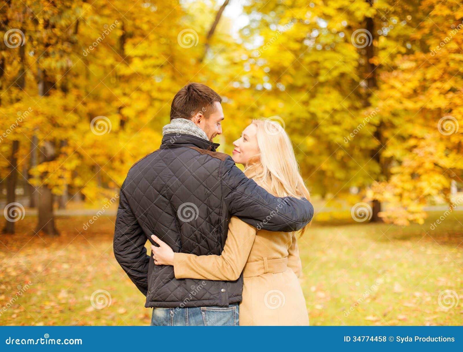 Ρομαντικό φίλημα ζευγών στο πάρκο φθινοπώρου
