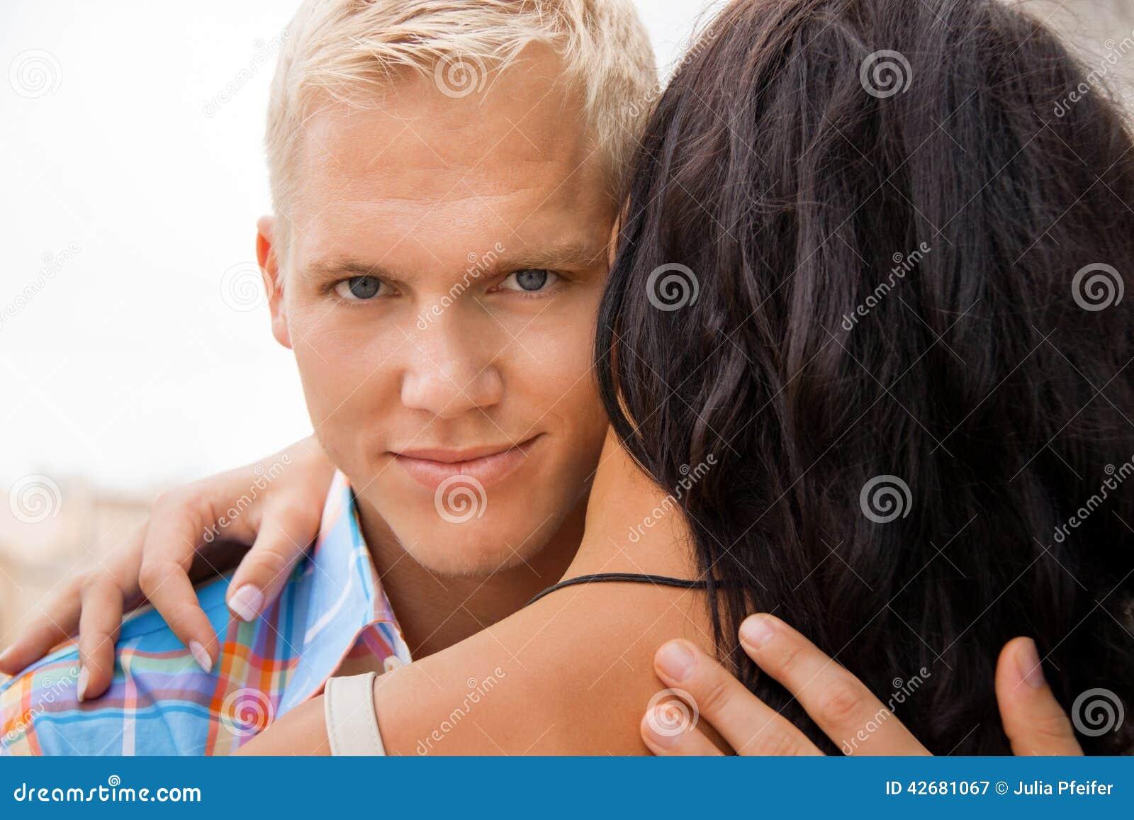 Ρομαντικό όμορφο άτομο που αγκαλιάζει τη φίλη του