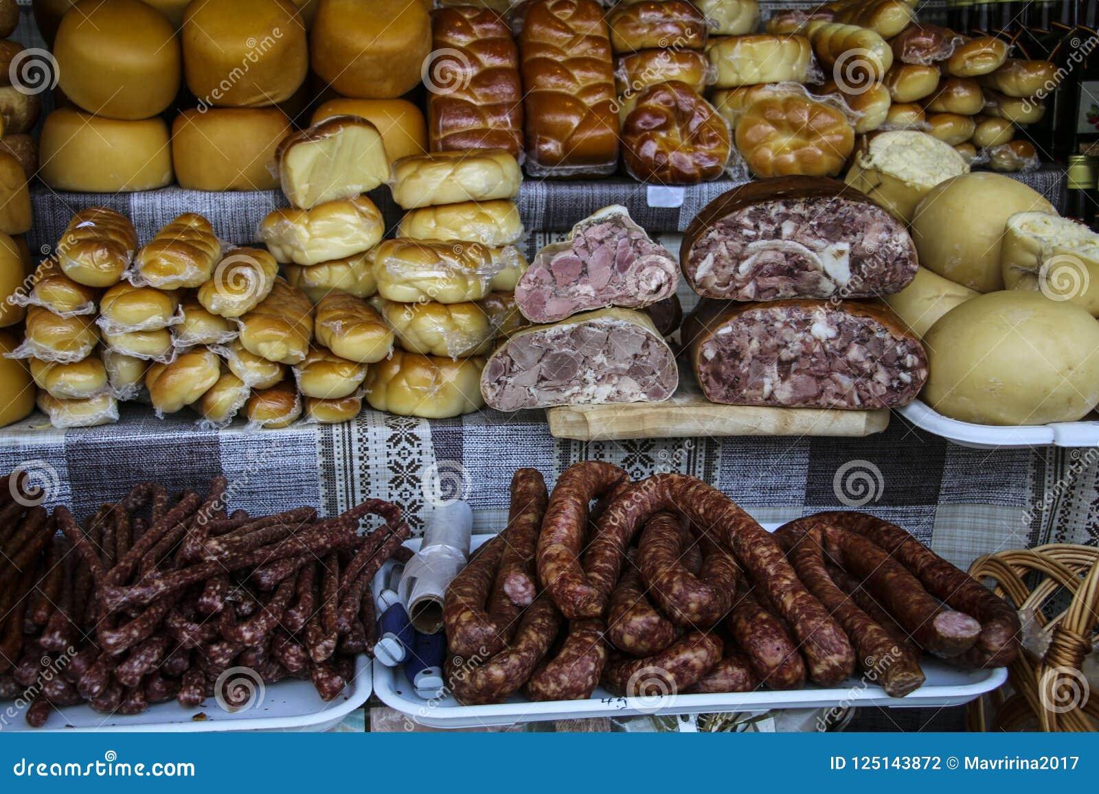 Ρουμανικές παραδοσιακές ρόδες του καπνισμένων τυριού και των λουκάνικων επάνω επάνω