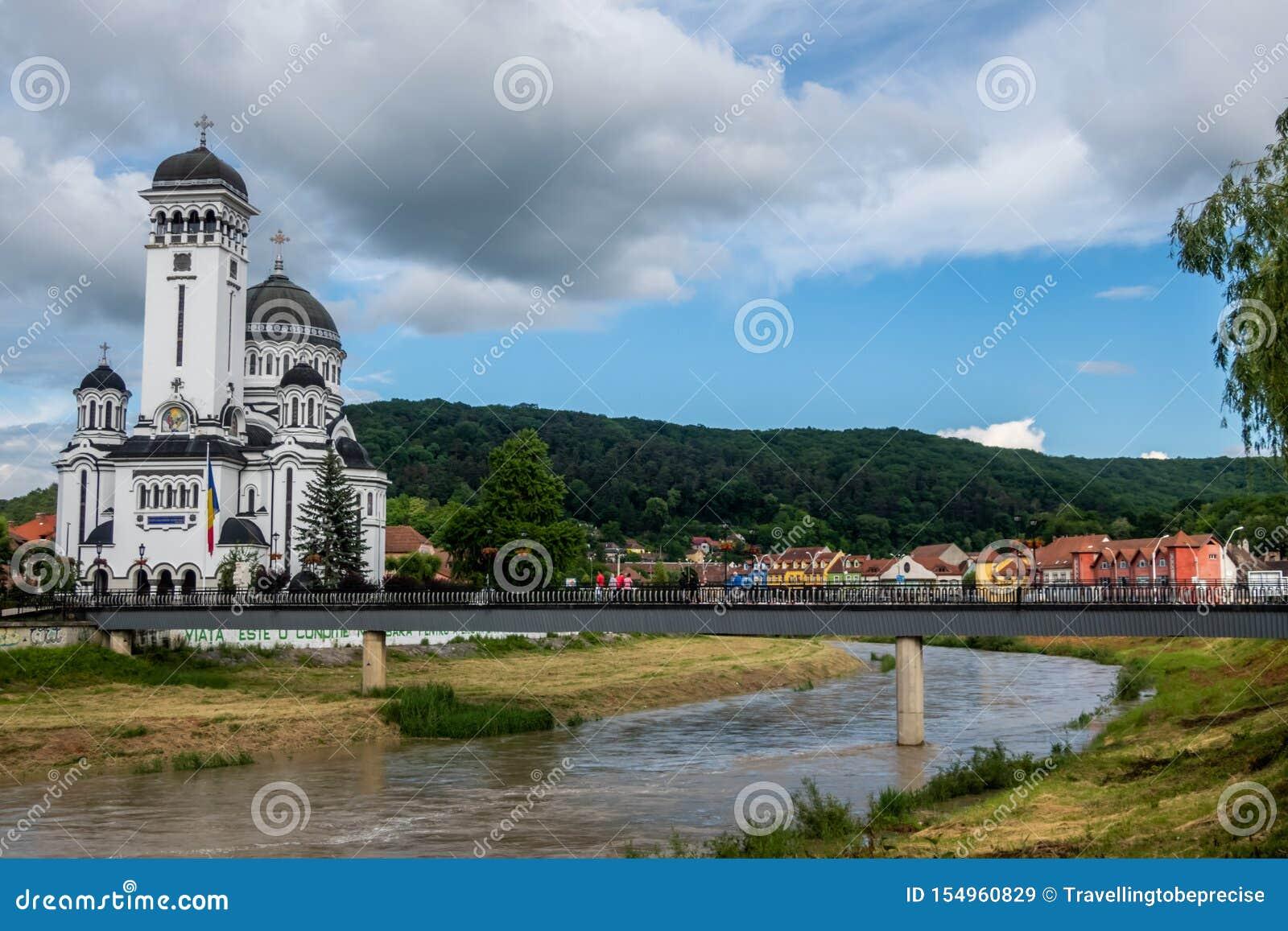 Ρουμανικός-ορθόδοξος καθεδρικός ναός στις όχθεις του ποταμού φοράδων Târnava, Sighișoara, Ρουμανία
