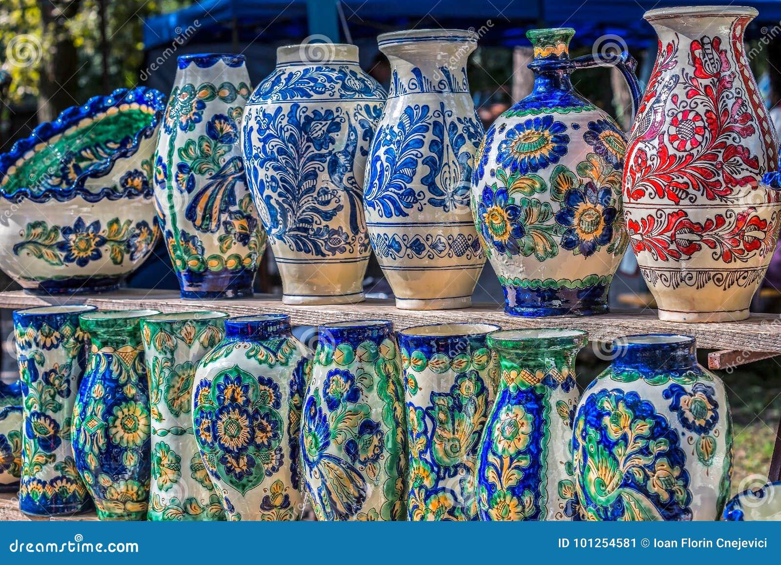 Ρουμανικός παραδοσιακός κεραμικός στη μορφή βάζων