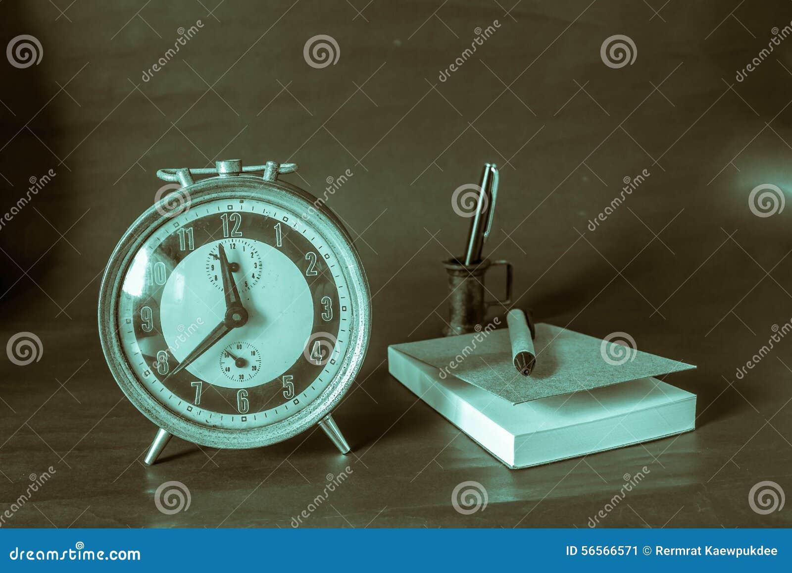 Download Ρολόι και γράψιμο στο υπόβαθρο Στοκ Εικόνα - εικόνα από ρολόι, εταιρικός: 56566571
