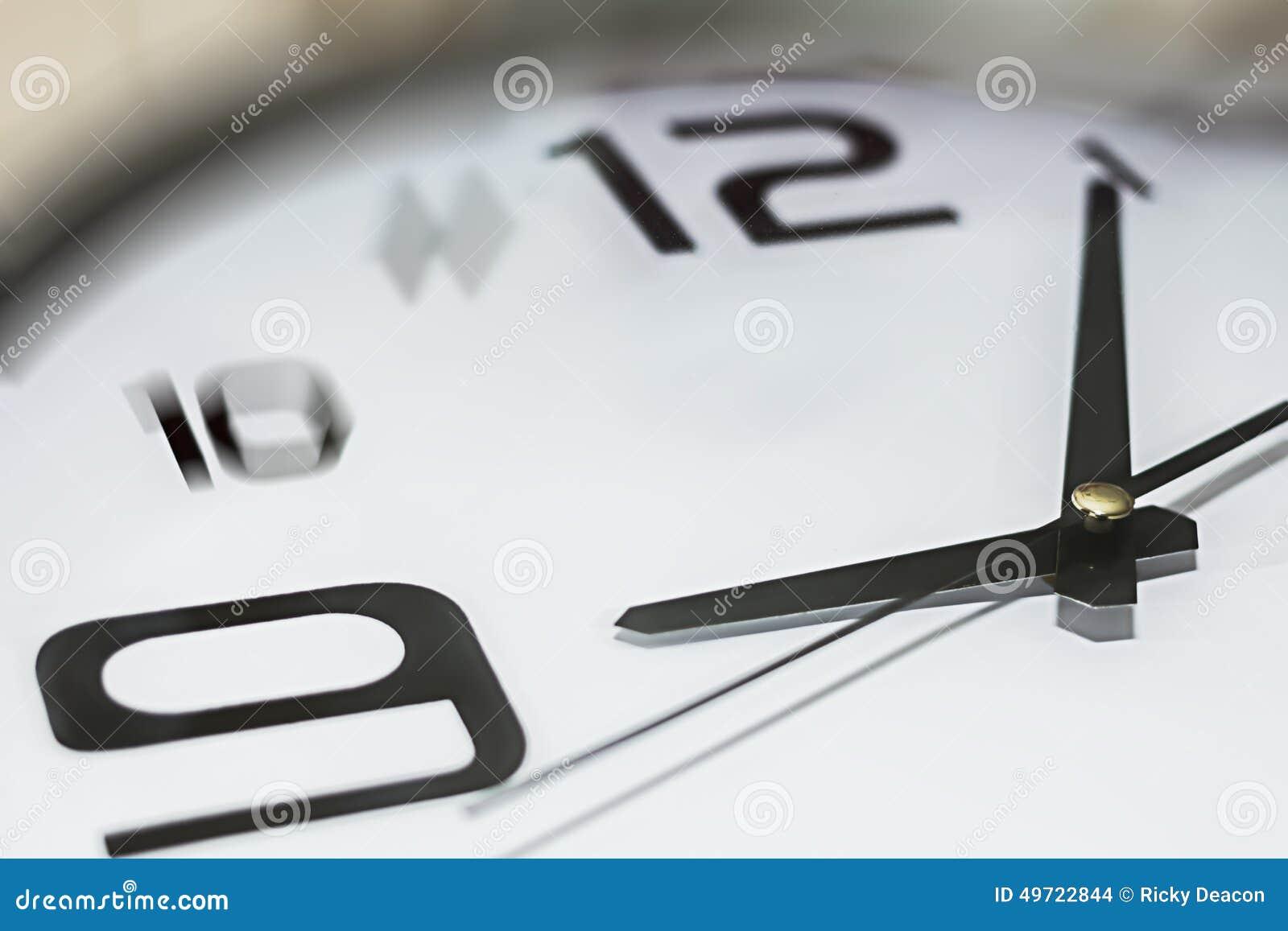 Ρολόι που παρουσιάζει 5 προηγούμενα 9, αργά για την εργασία