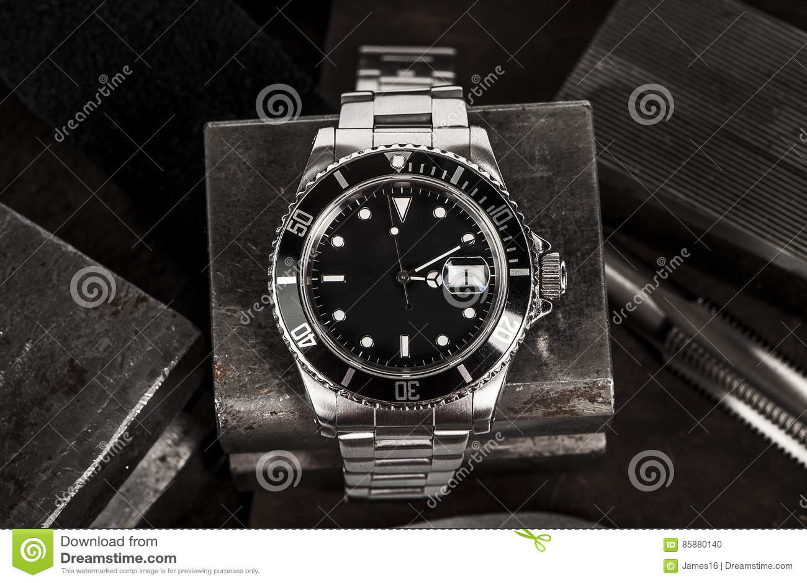 Κλείστε επάνω ενός ρολογιού της Rolex Submariner στα παλαιά εργαλεία χάλυβα a47a01a4da5