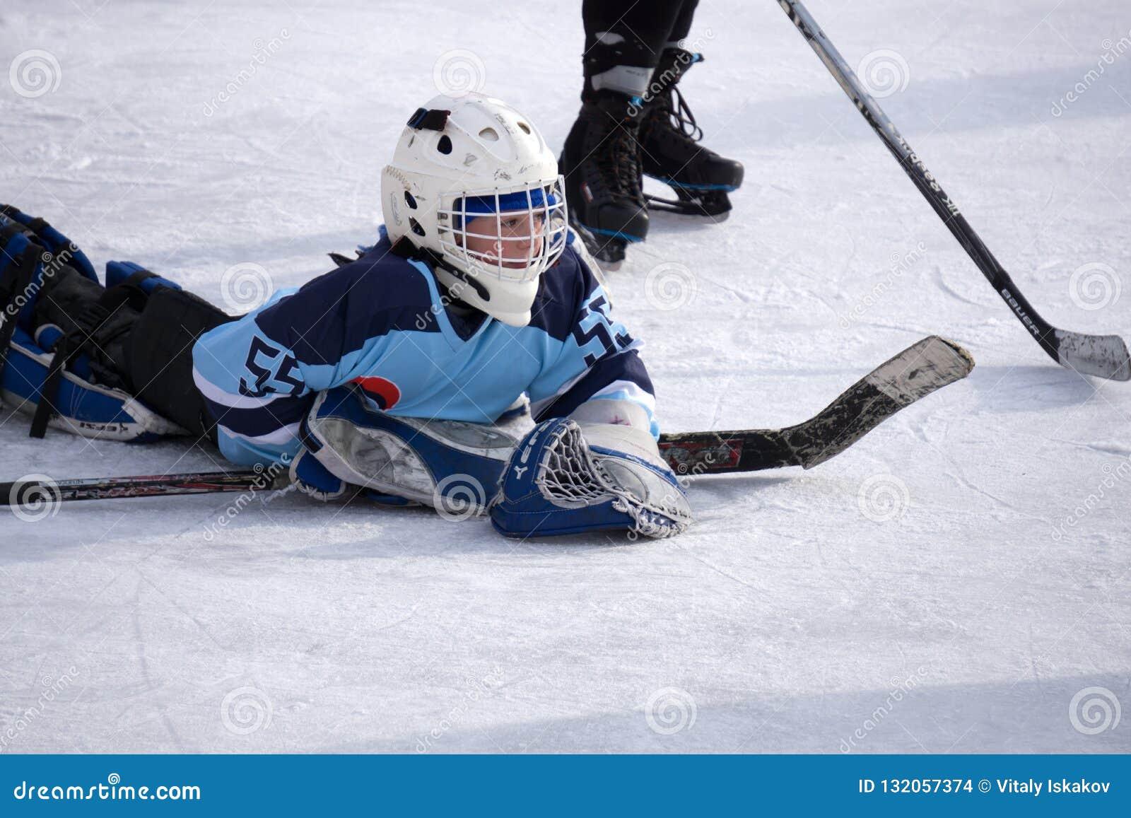 Ρωσία Berezniki στις 13 Μαρτίου 2018: τερματοφύλακας στη δράση κατά τη διάρκεια του παιχνιδιού ομάδας Β χόκεϋ πάγου ενάντια στο π